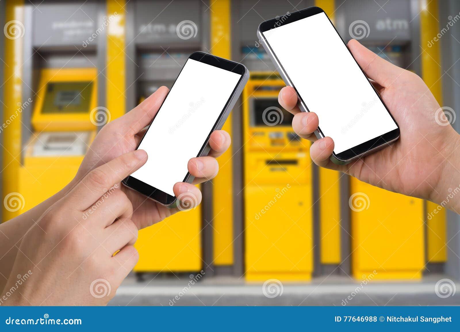 Posse da mão e smartphone humanos do toque, tabuleta, telefone celular com tela vazia, Internet banking virtual no backg obscuro