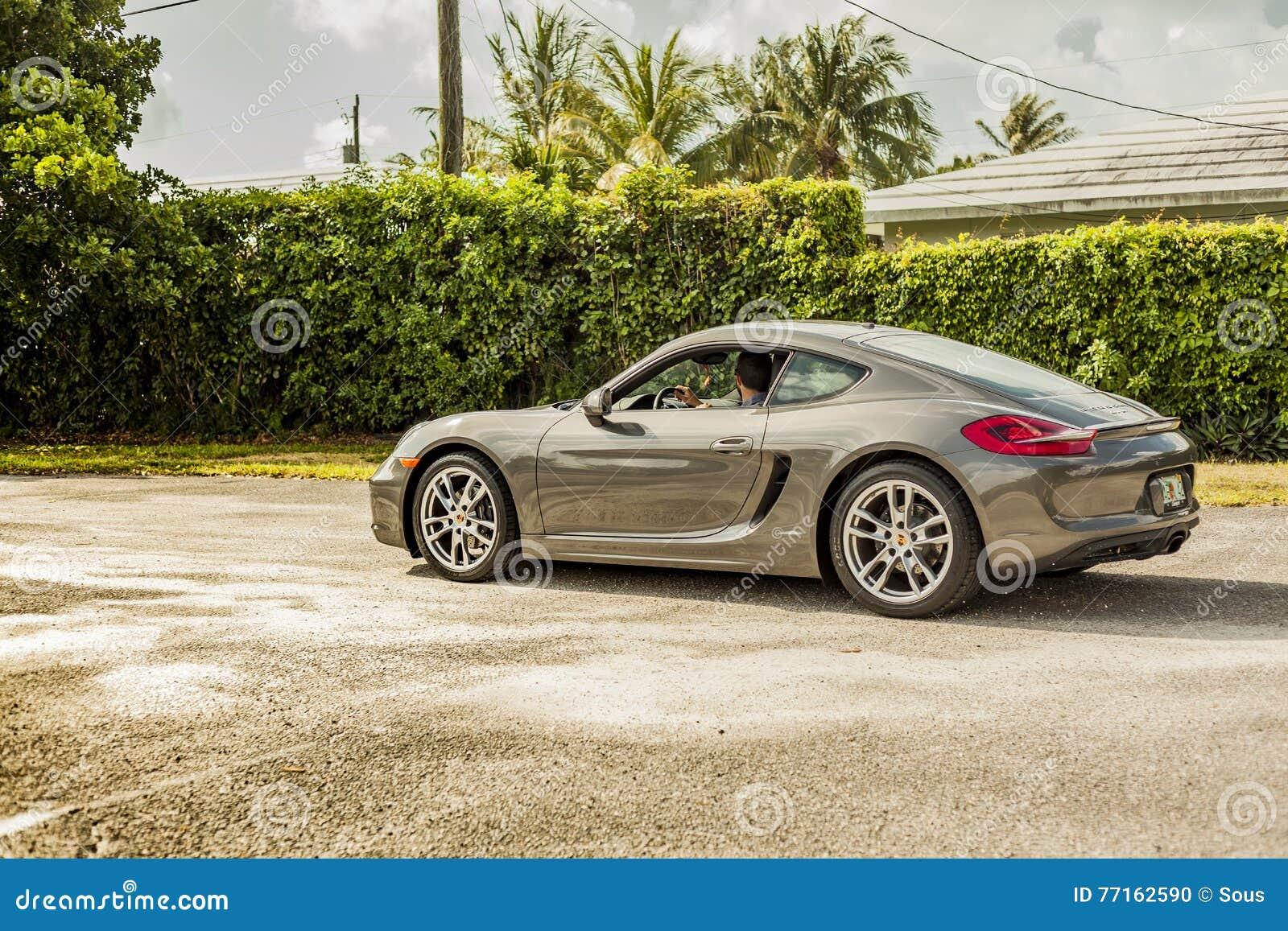 Possibilité éloignée d un jeune homme conduisant Porsche Cayman Scène urbaine