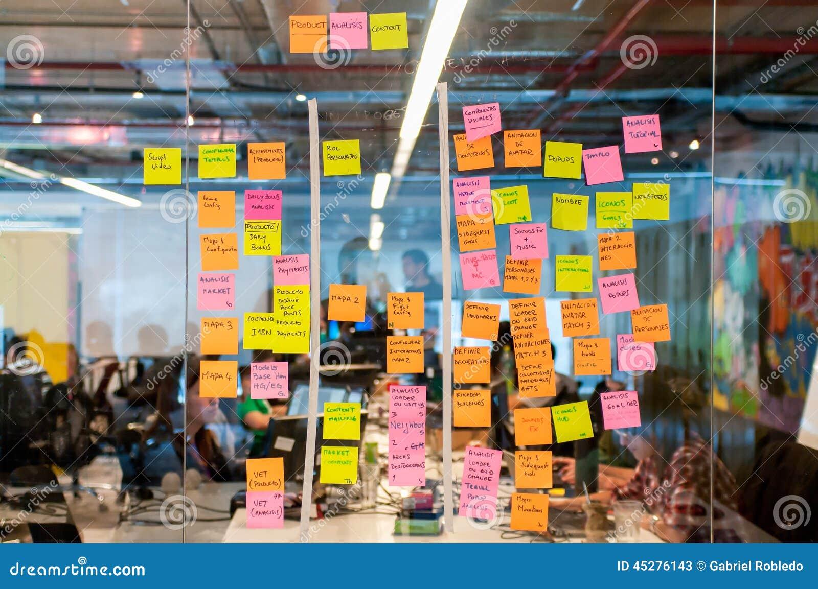 Post-it del tablero del intercambio de ideas
