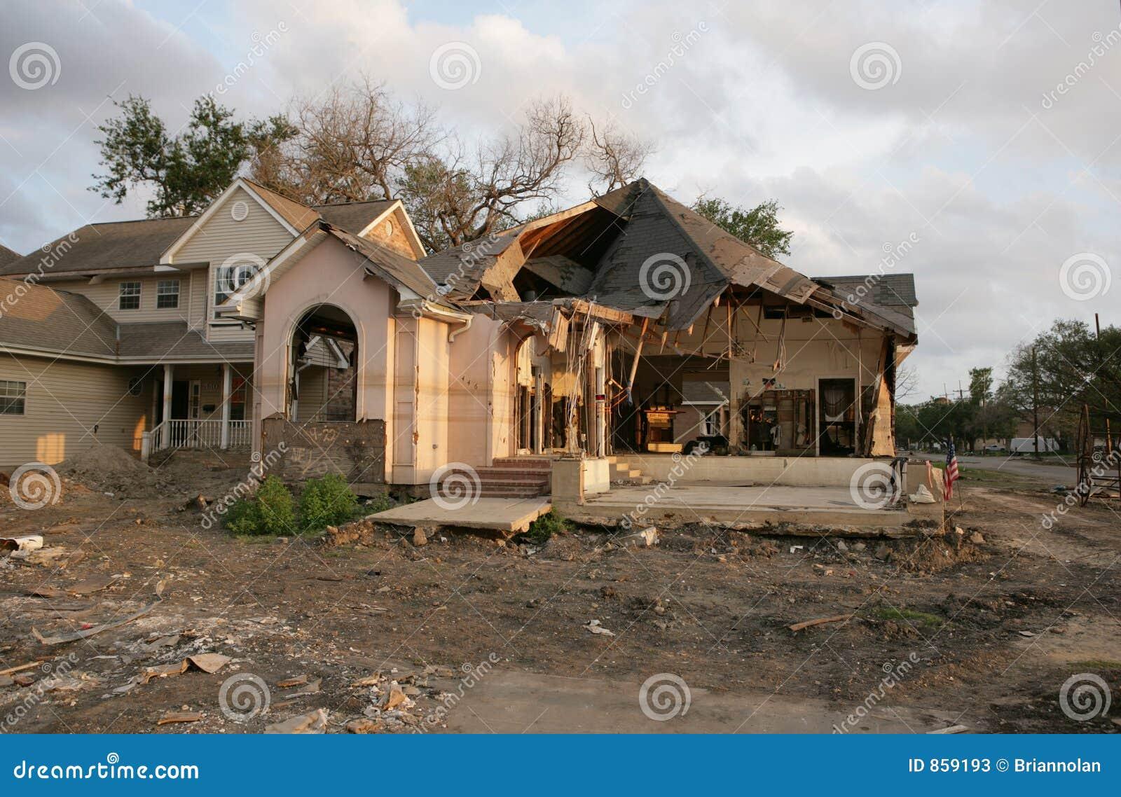Post orkaan katrina een vloed beschadigd huis in new orleans dichtbij het 17de kanaal van de - Foto huis in l ...