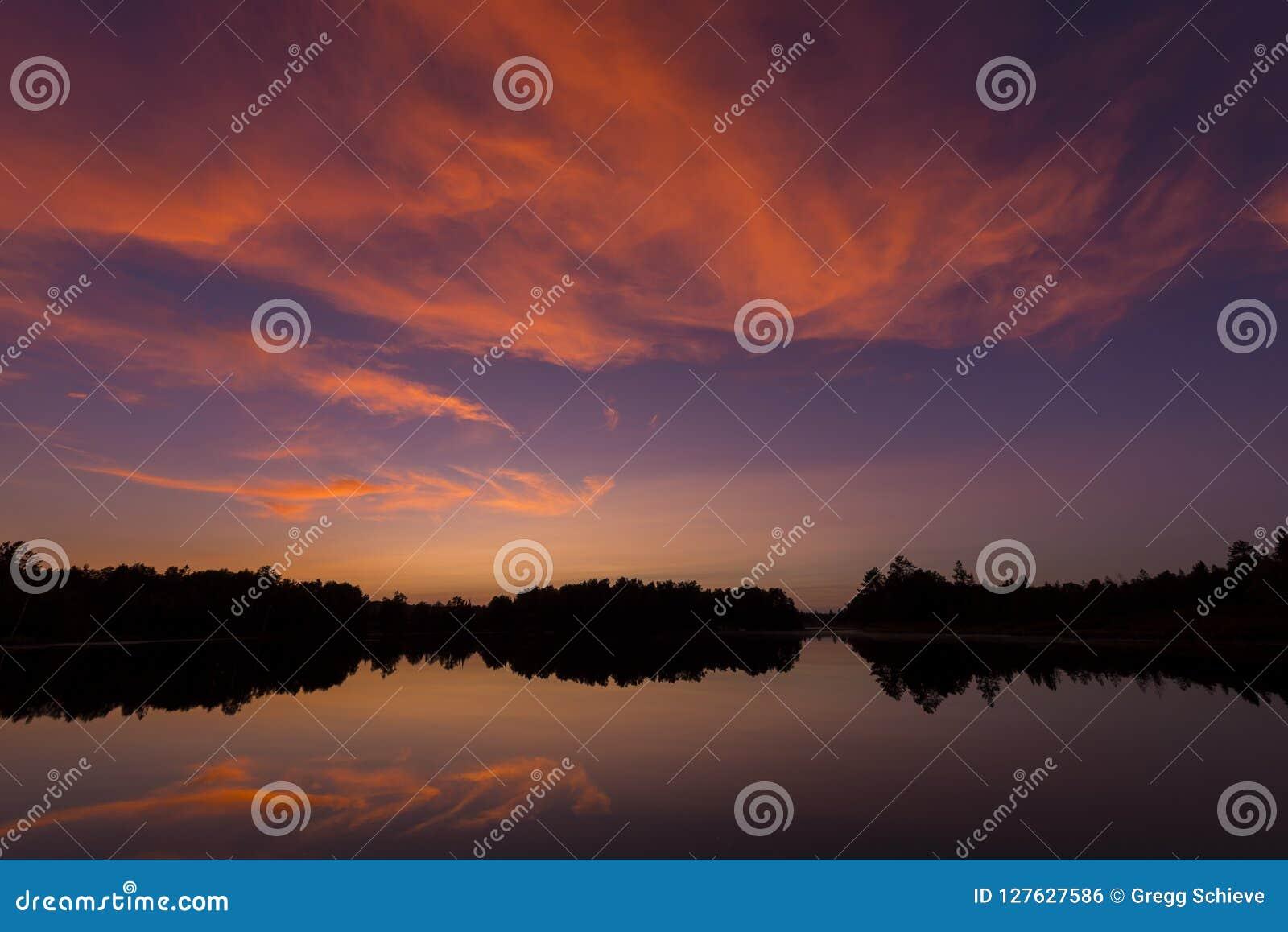Posta solnedgången på spindel sjön i nordliga Wisconsin