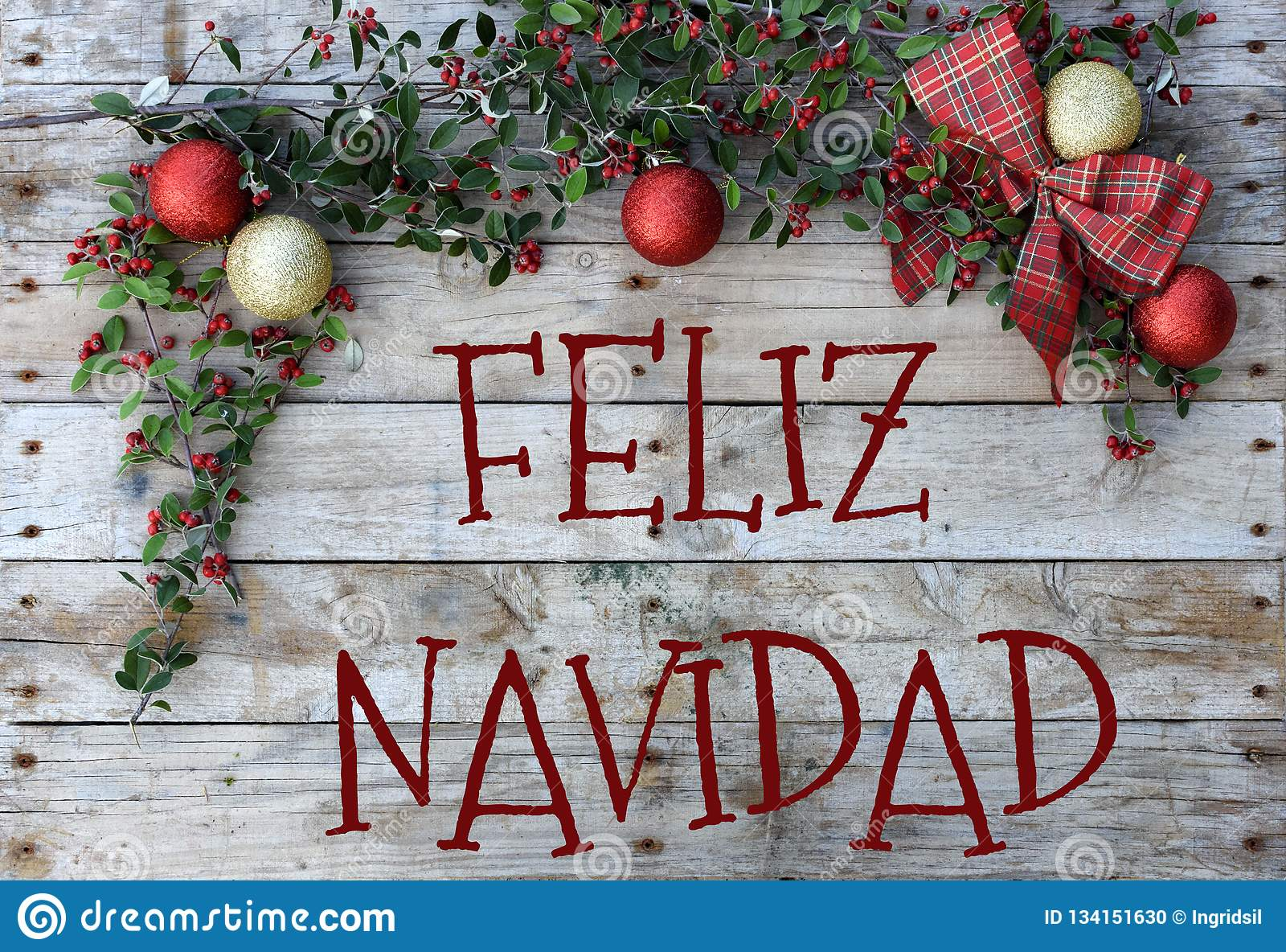 Postal de la Navidad para los saludos Letras metálicas en fondo de madera natural Papel pintado rojo, de oro y blanco de Navidad
