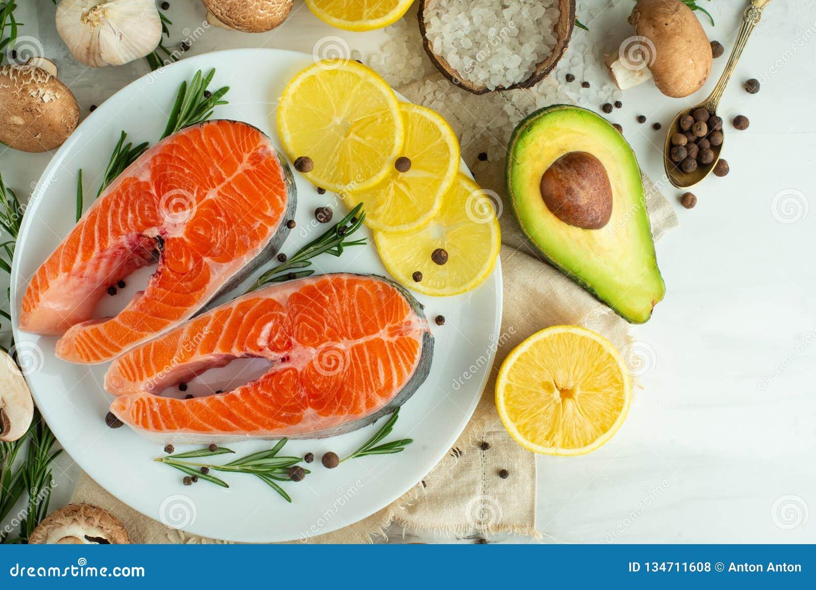Postas frescas deliciosas, salmões, truta Com vegetais, supermercado fino, alimento do vegetariano, dieta e Dotex