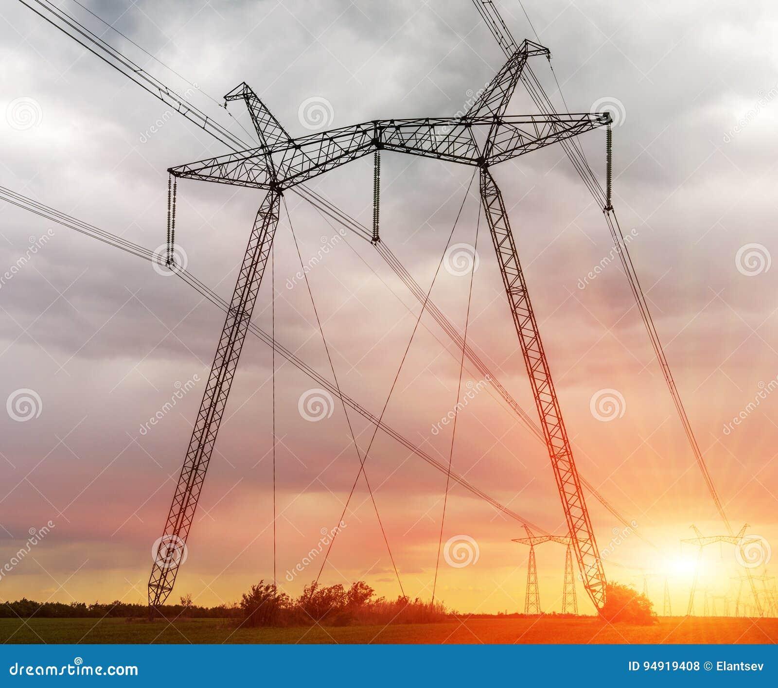 Poste de alto voltaje eléctrico de la potencia