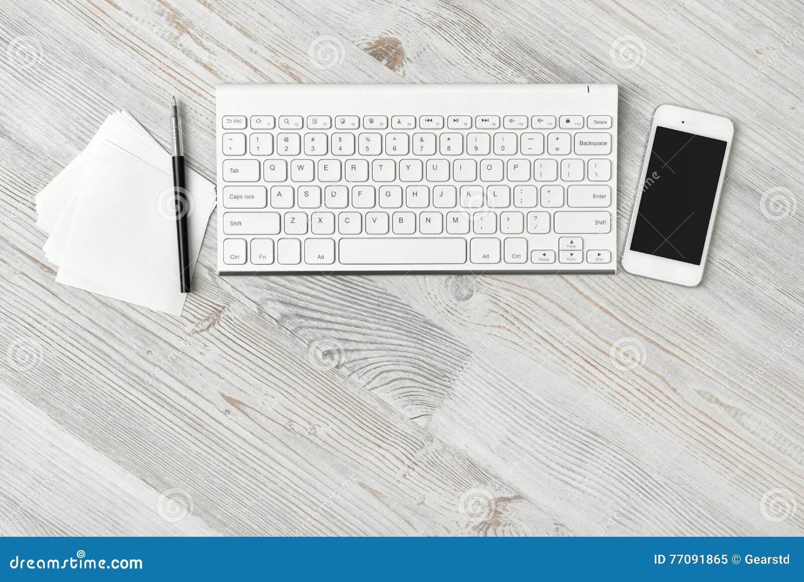 Poste de travail à un bureau en bois rustique blanc image stock