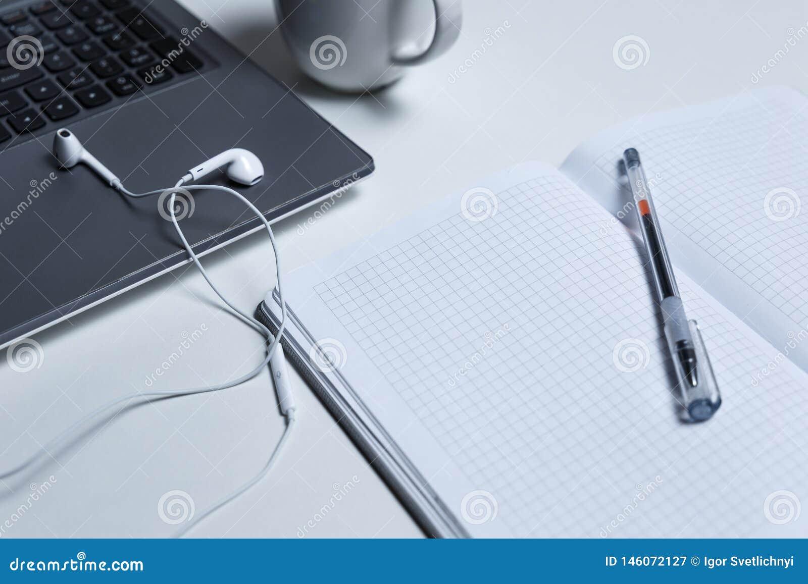 Poste de travail avec l ordinateur portable