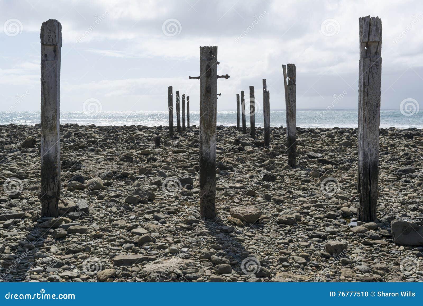 Poste della colonna del pilone, rovine del molo, spiaggia di Myponga, Australia Meridionale
