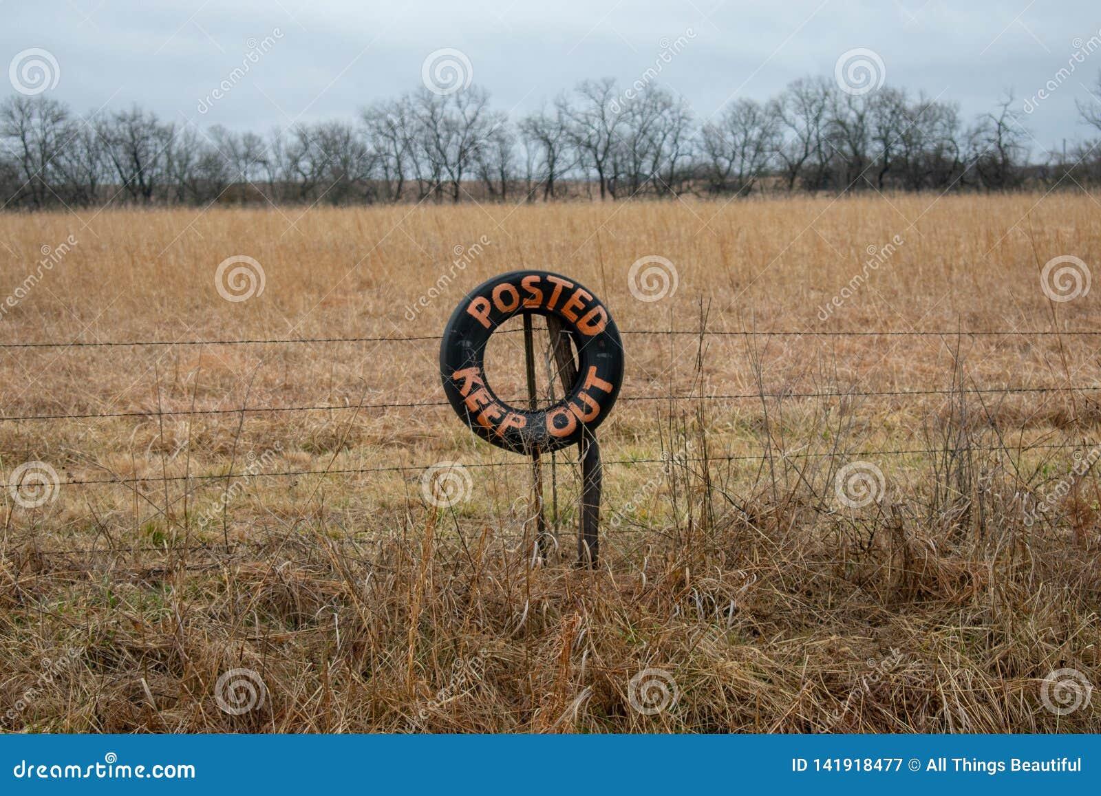 Posted mantener hacia fuera la muestra granja del campo