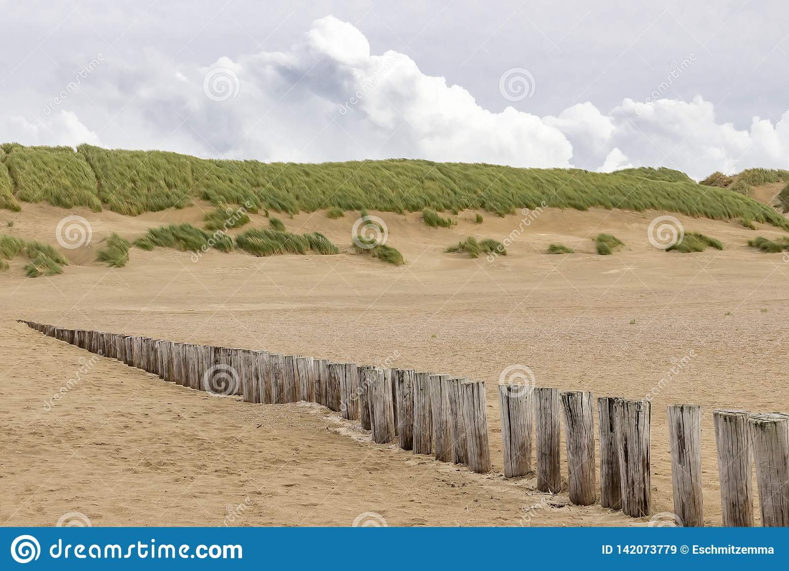 Posten eines Reihe Strandes im Strand der Insel Ameland
