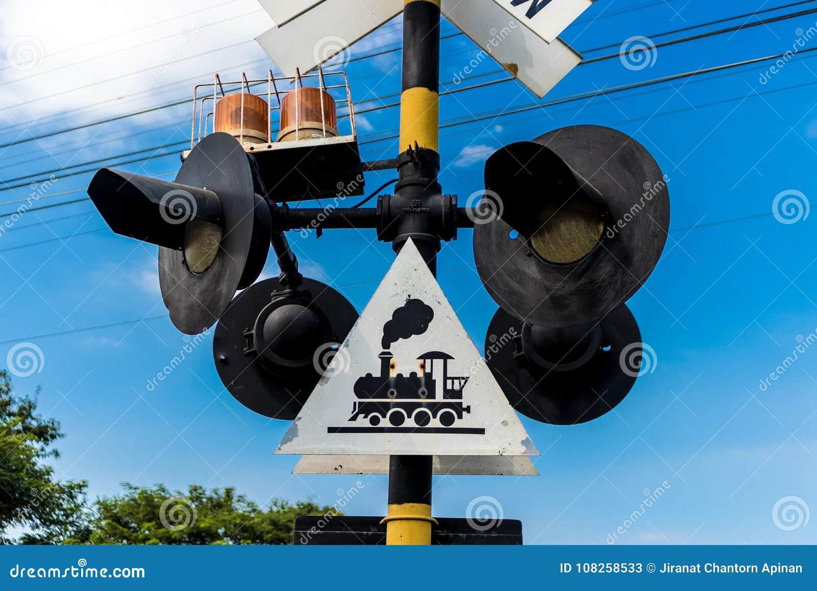 Postes con símbolo a tener cuidado para el tren