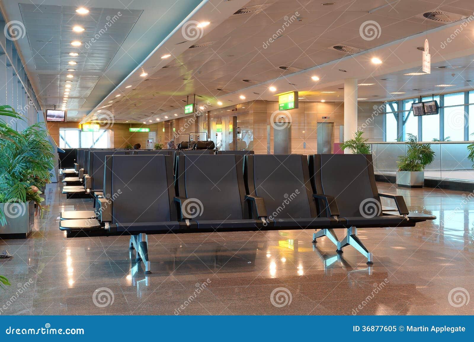 Download Posti Vuoti Nel Rifugio Dell'aeroporto Immagine Stock - Immagine di banco, vuoto: 36877605