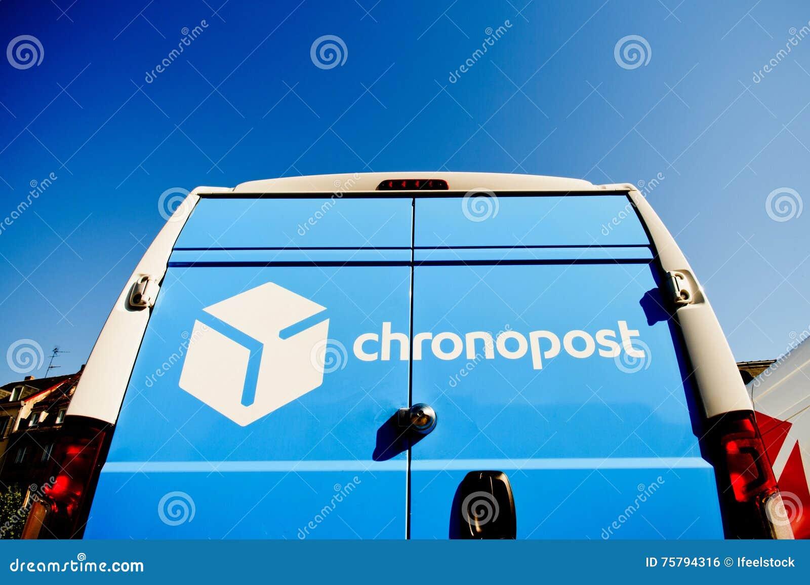 Postleveringsbestelwagen in centrum van de stad
