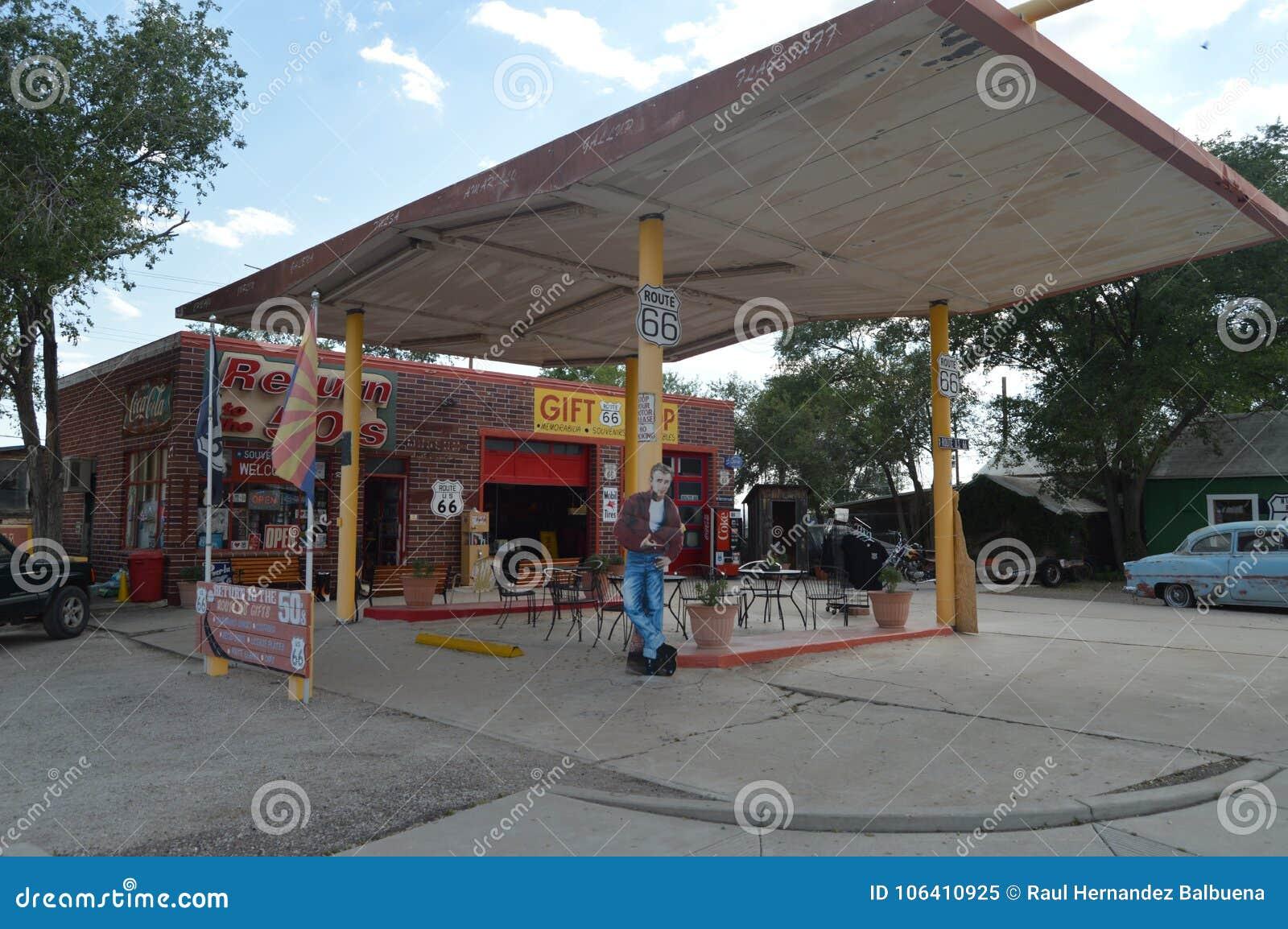 Posto de gasolina velho com James Dean At The Fountains em Seligman