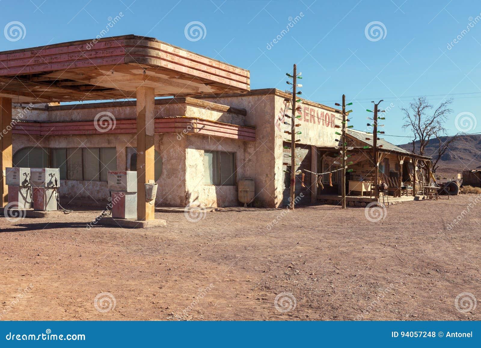 Posto de gasolina velho no deserto de Sahara perto de Ouarzazate, Marrocos Imagem tonificada