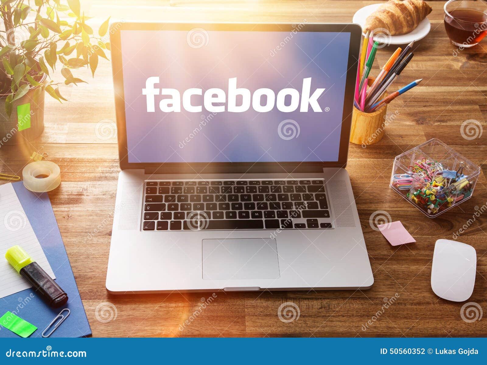 Posto di lavoro dell ufficio con lo schermo del facebook