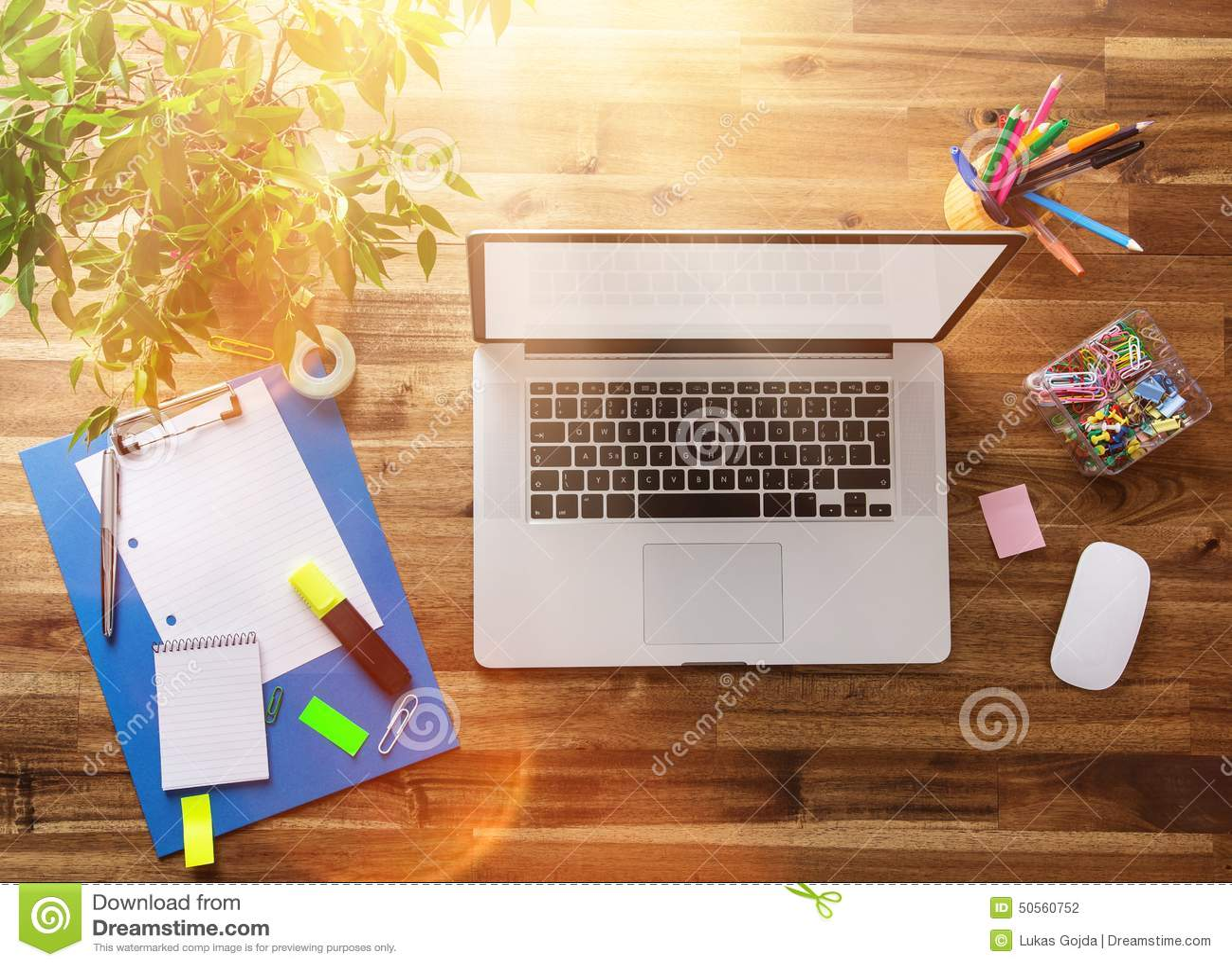 Posto Di Lavoro Dell Ufficio Con Lo Scrittorio Di Legno