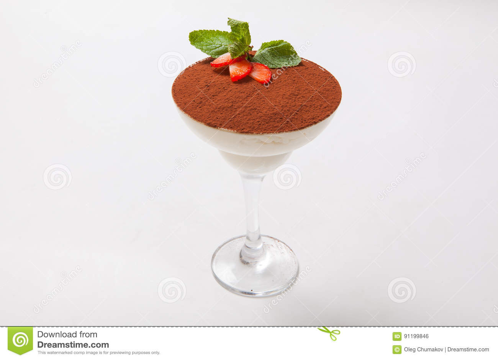 Postre del Tiramisu en un vidrio de martini en el fondo blanco
