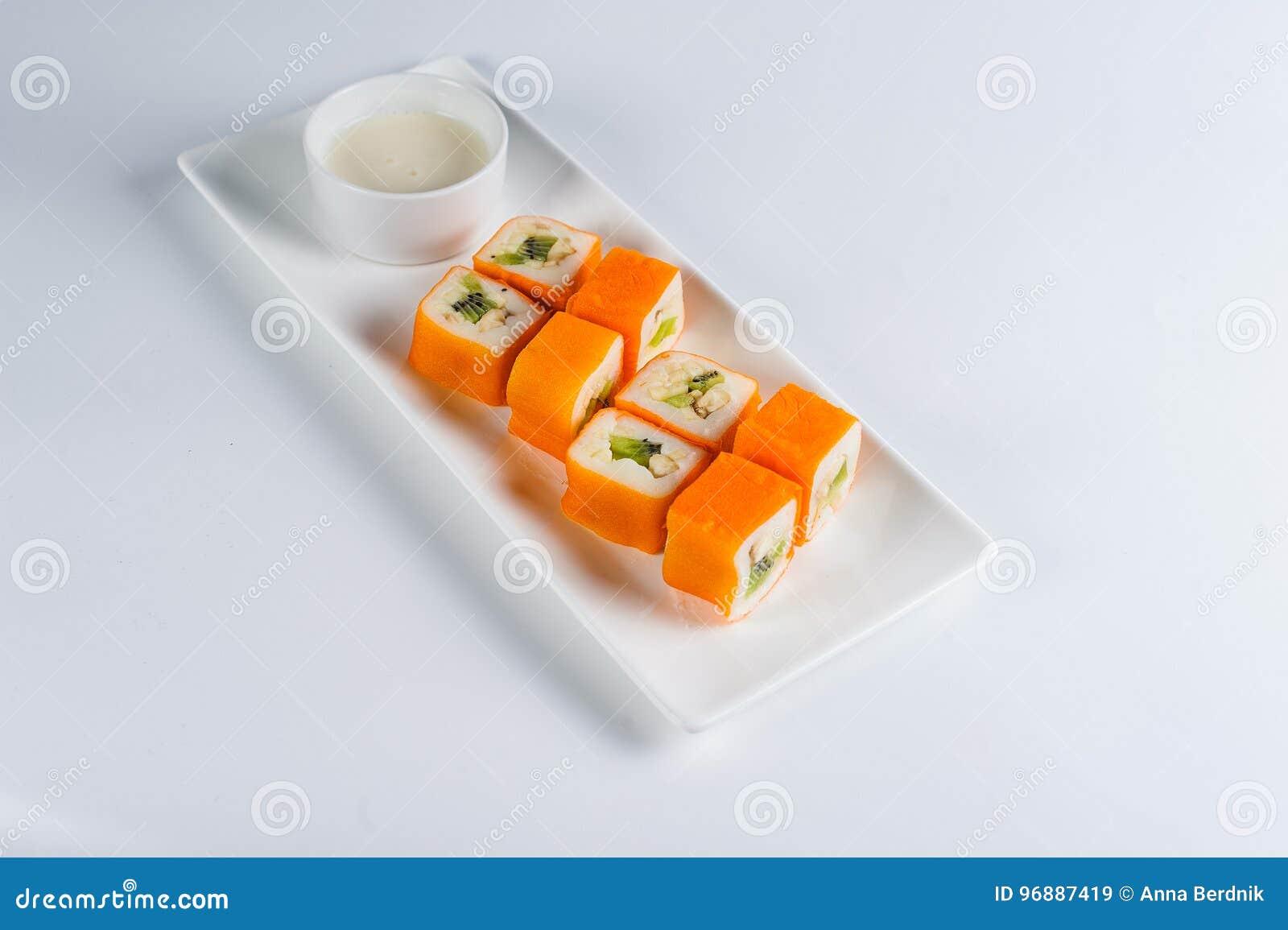 Postre Maki Sushi - ruede con la diversa fruta en pudín de arroz y el coco forma escamas