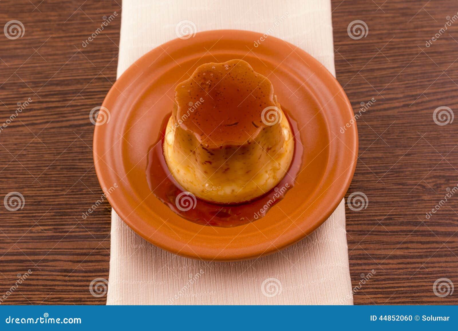 Postre o cospel de las natillas de la vainilla del caramelo de nata en plato