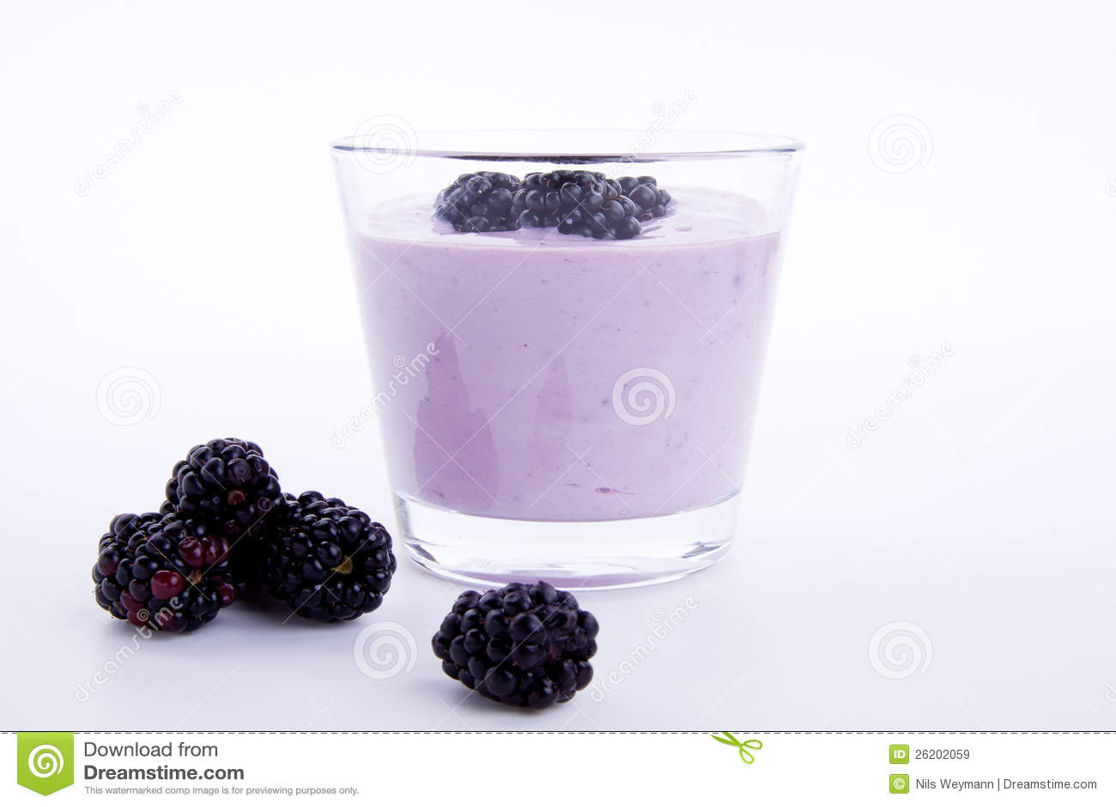 Postre sabroso fresco de la sacudida del yogur de la zarzamora aislado