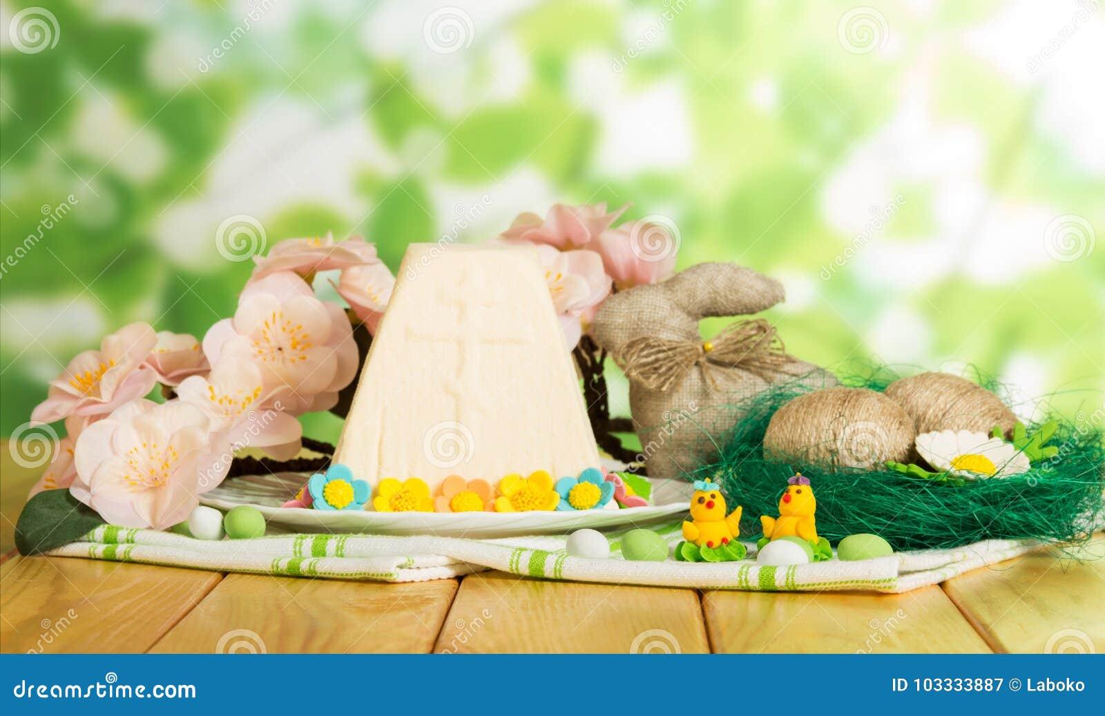 Postre tradicional del queso de Pascua, huevos de Pascua, conejito, polluelo del juguete