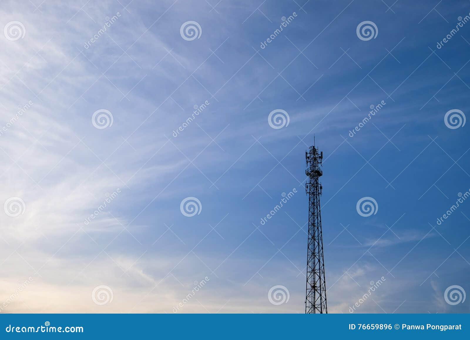 Posts de la electricidad con el cielo azul en la mañana