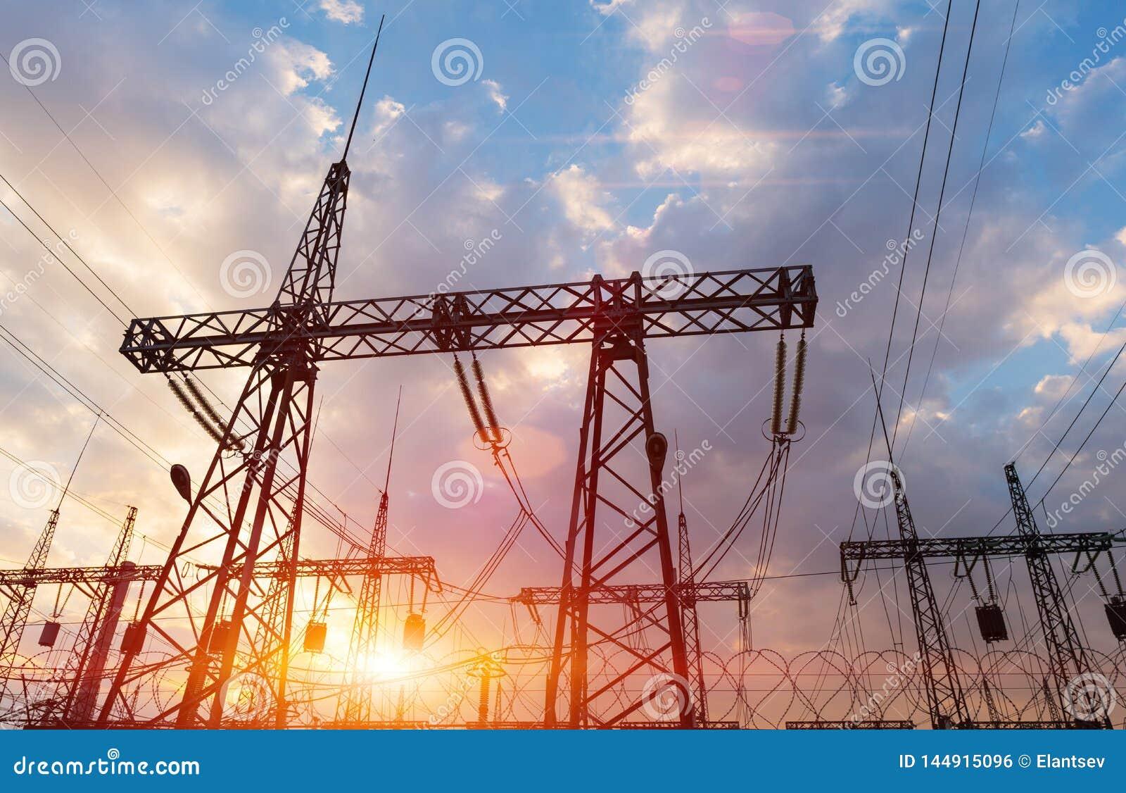 Posts o torre de alto voltaje del alto voltaje