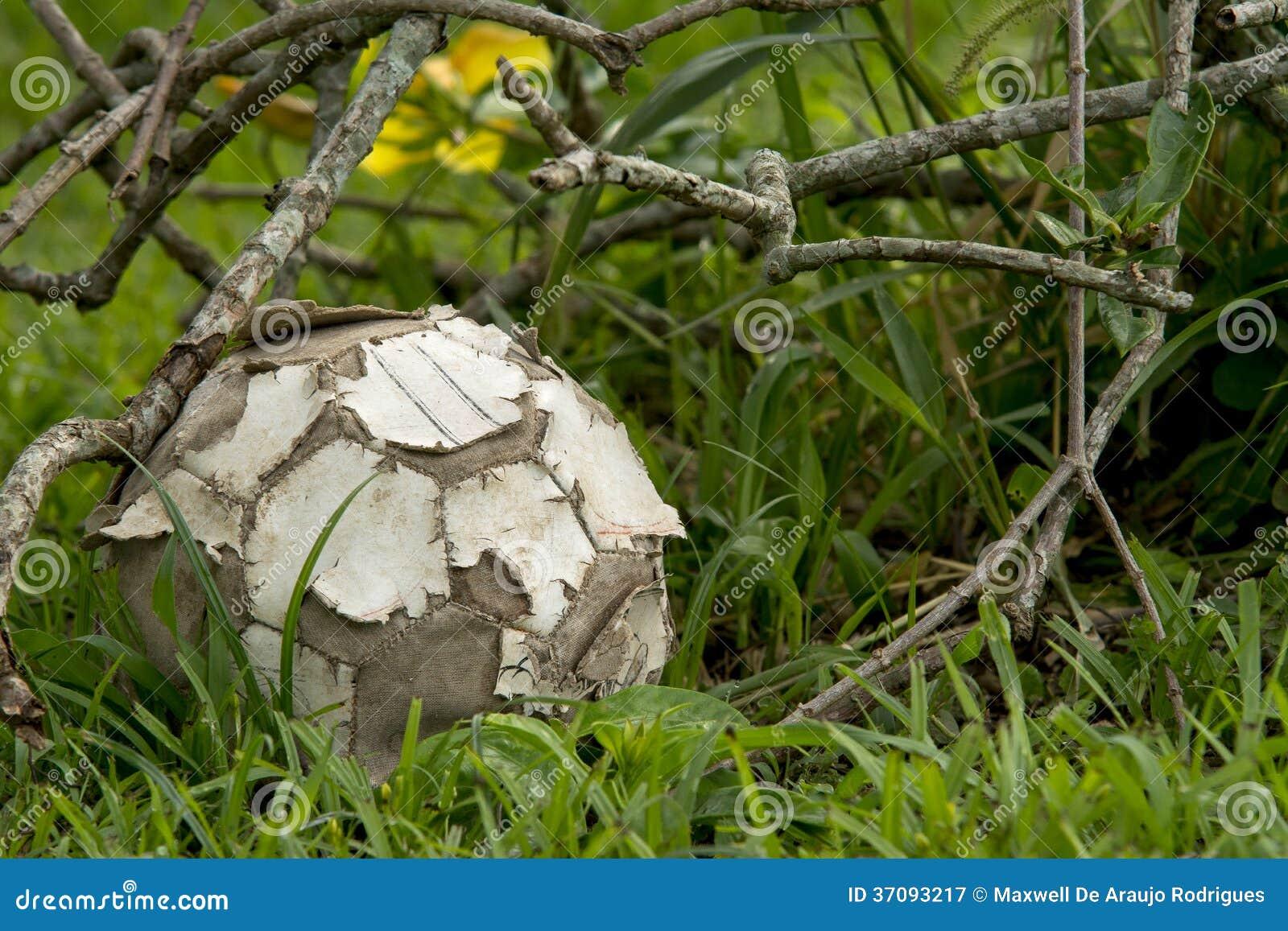 Download Poszarpana piłka obraz stock. Obraz złożonej z szorstki - 37093217