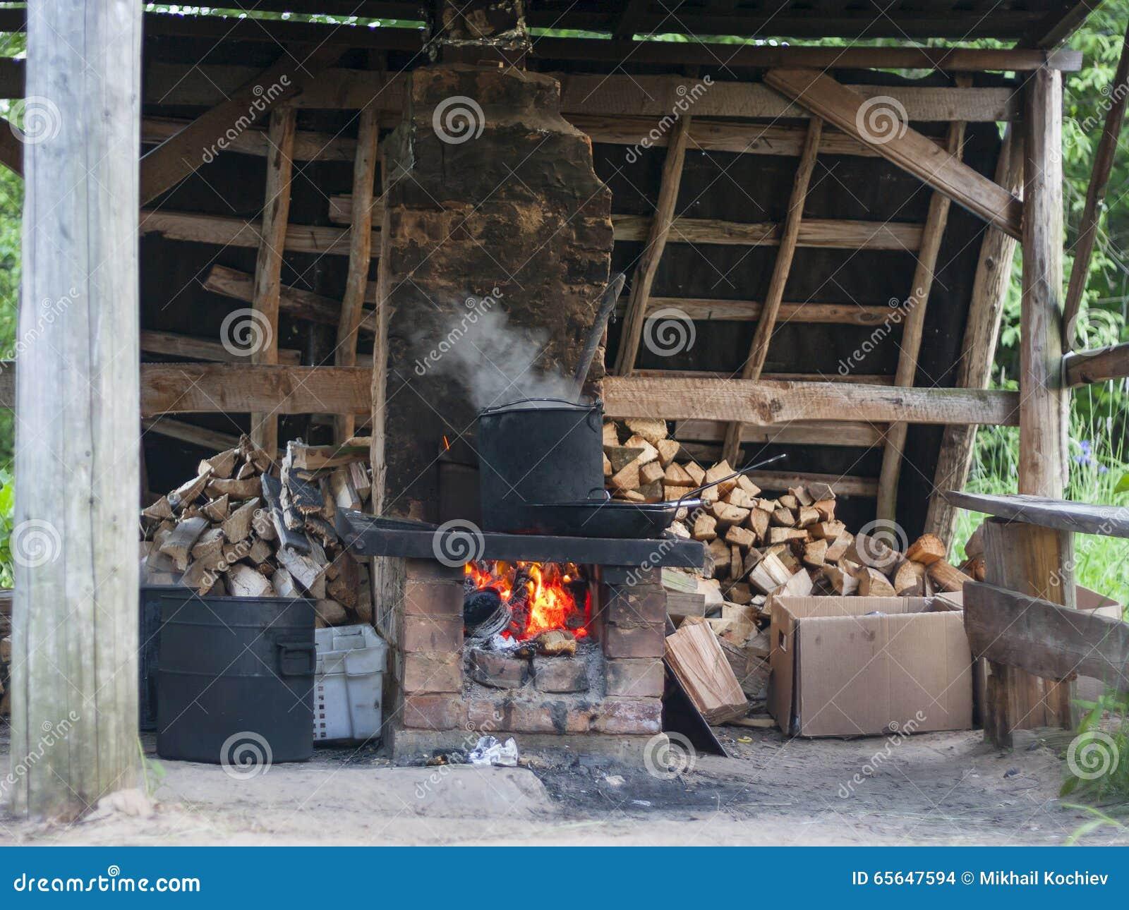 Pot dans le four de brique