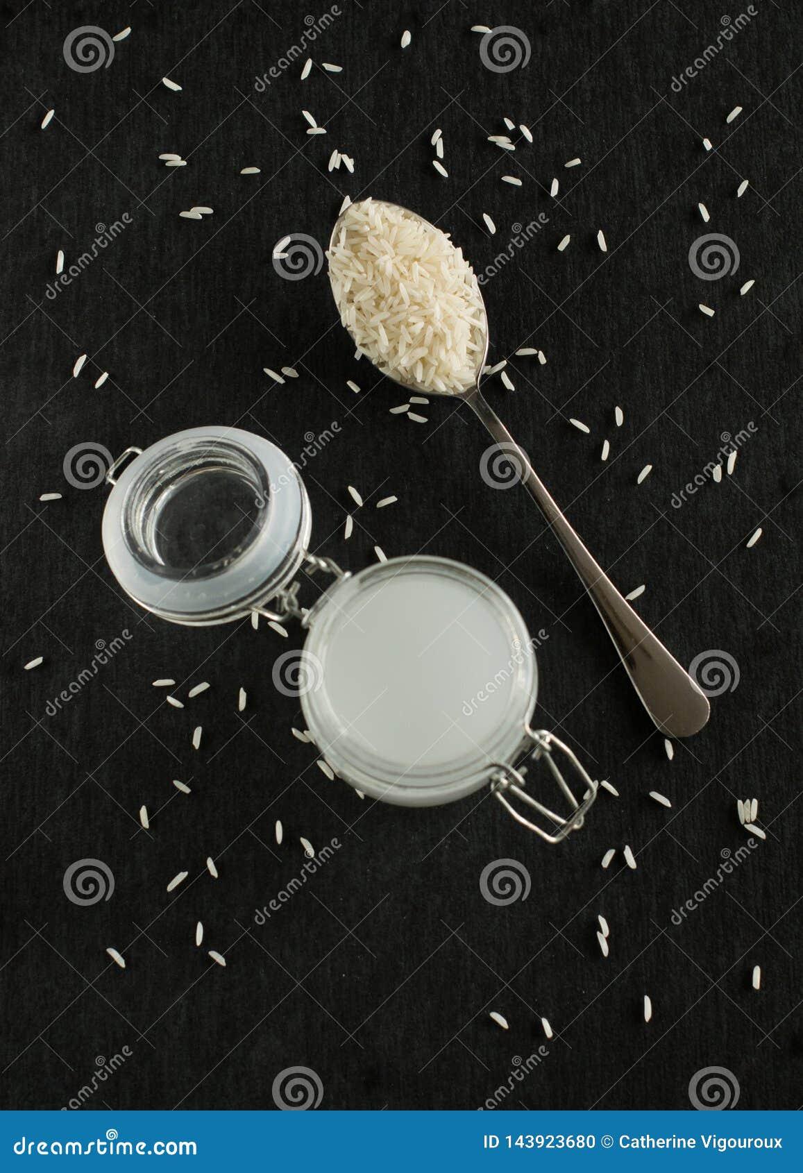 Pot de l eau de riz avec du riz comme produit de beauté