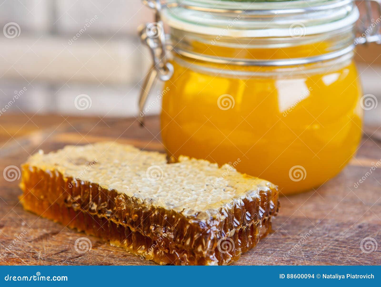 Pot de miel avec le nid d abeilles