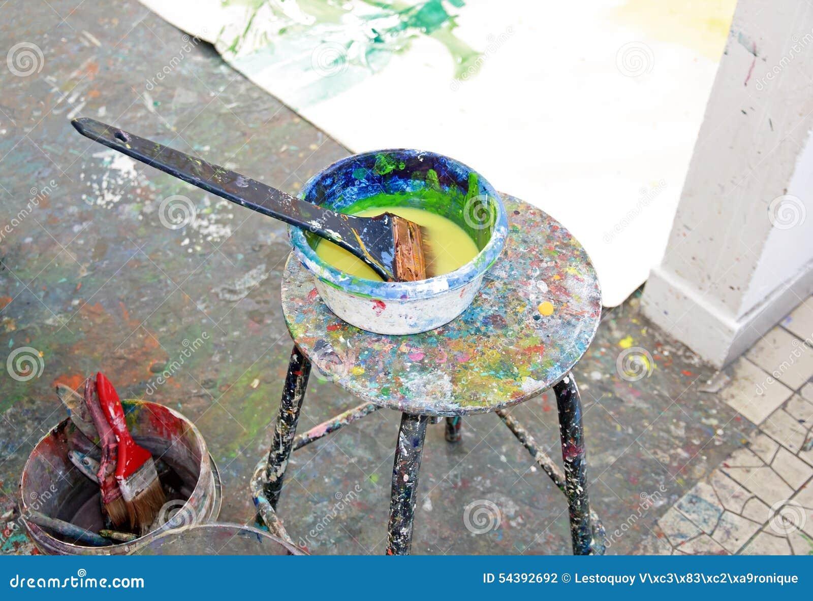 Pot De Peinture Et Brosse Dans Une école Dart école Dart Photo