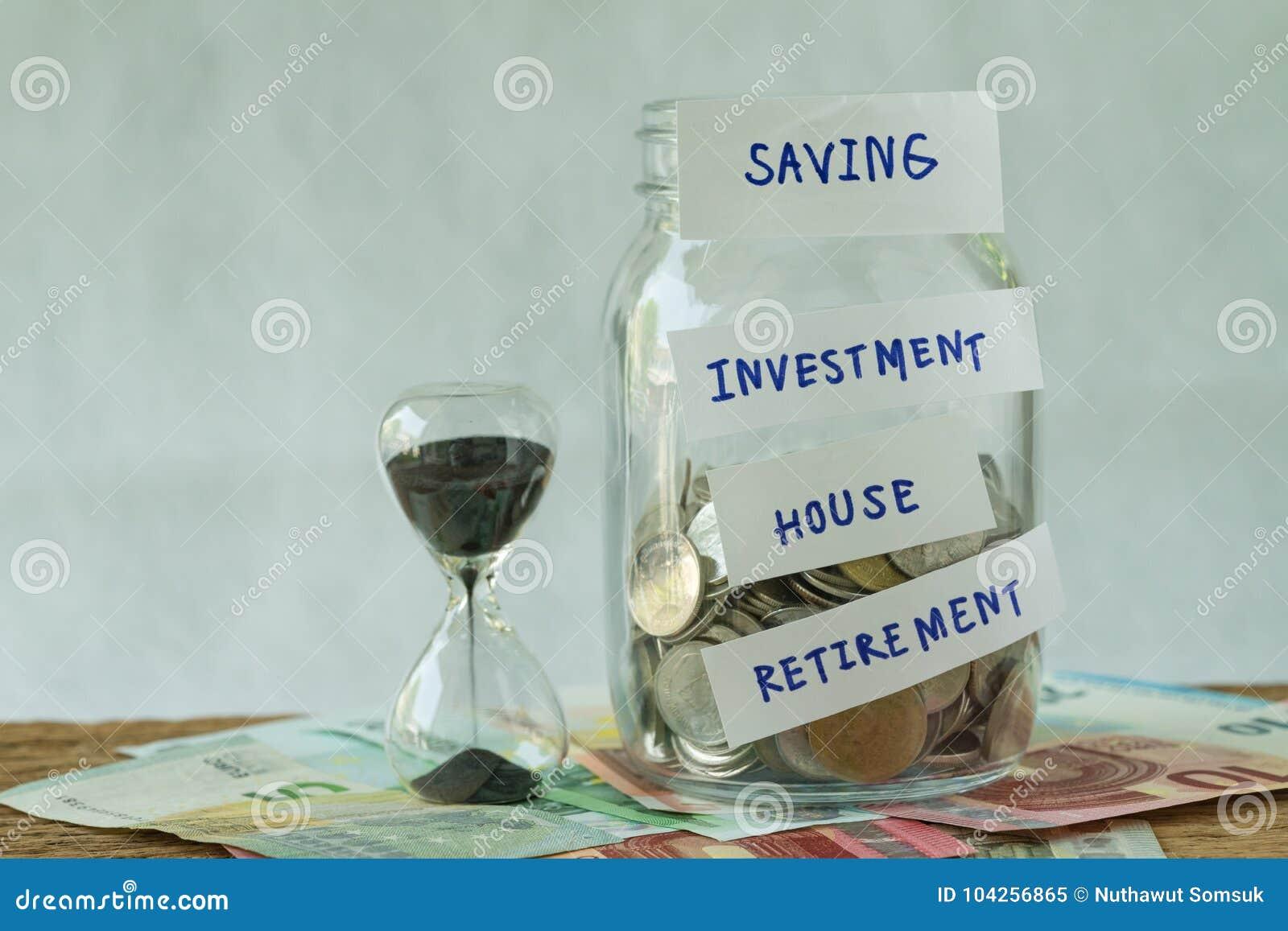 Pot en verre avec complètement de pièces de monnaie avec marqué comme économie, investissement,