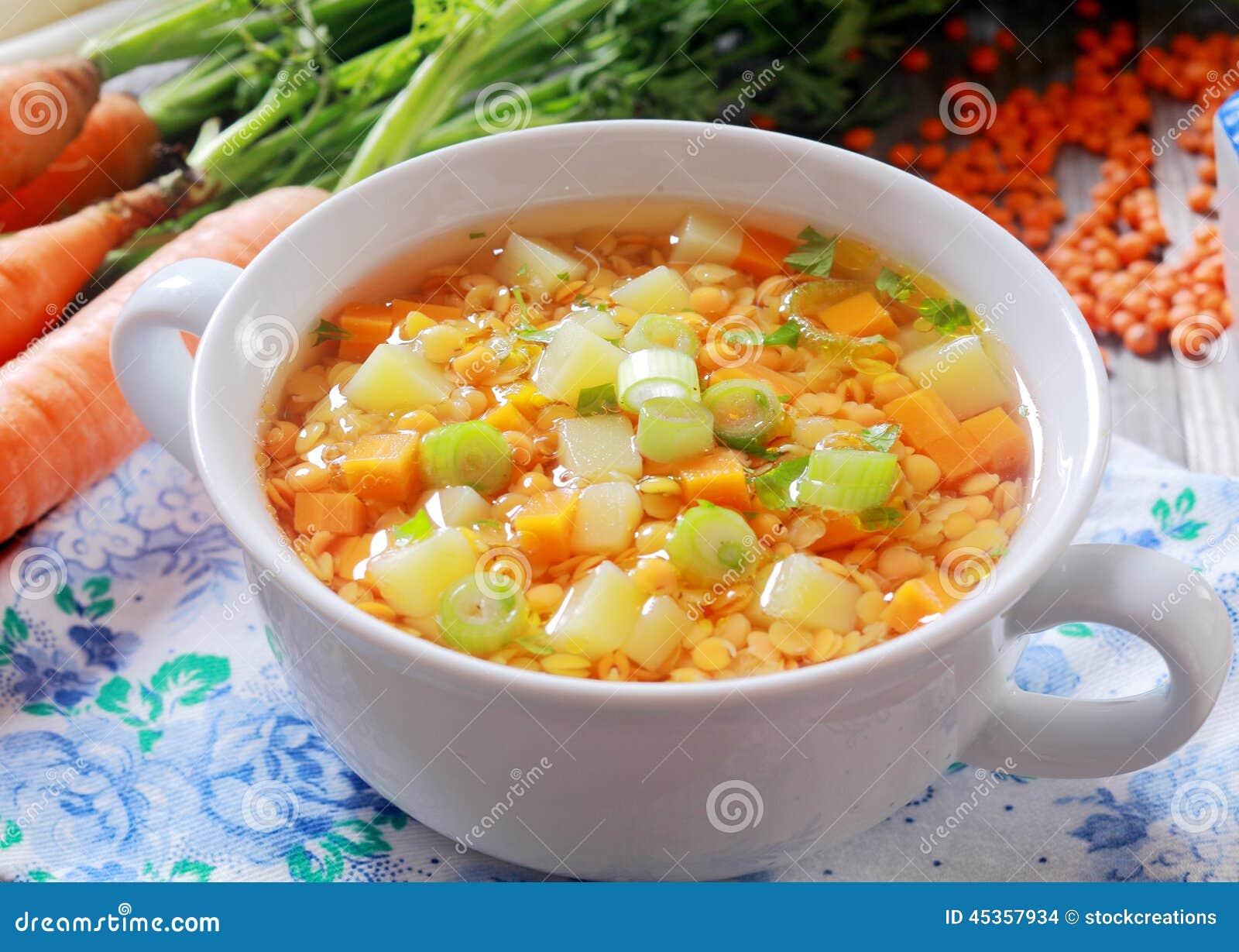 Potage aux légumes avec les carottes, le poireau et les lentilles