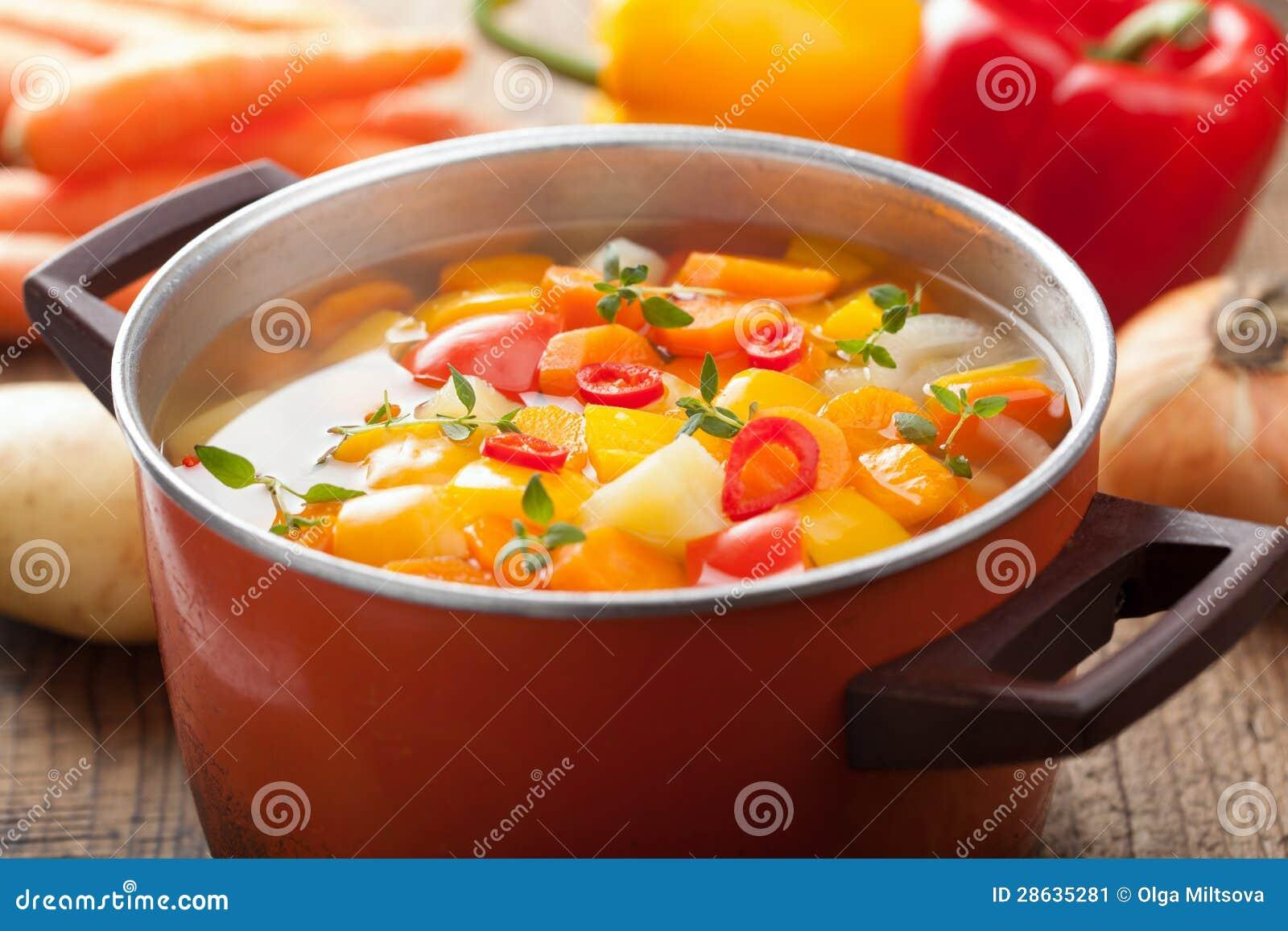 Potage aux légumes dans le bac