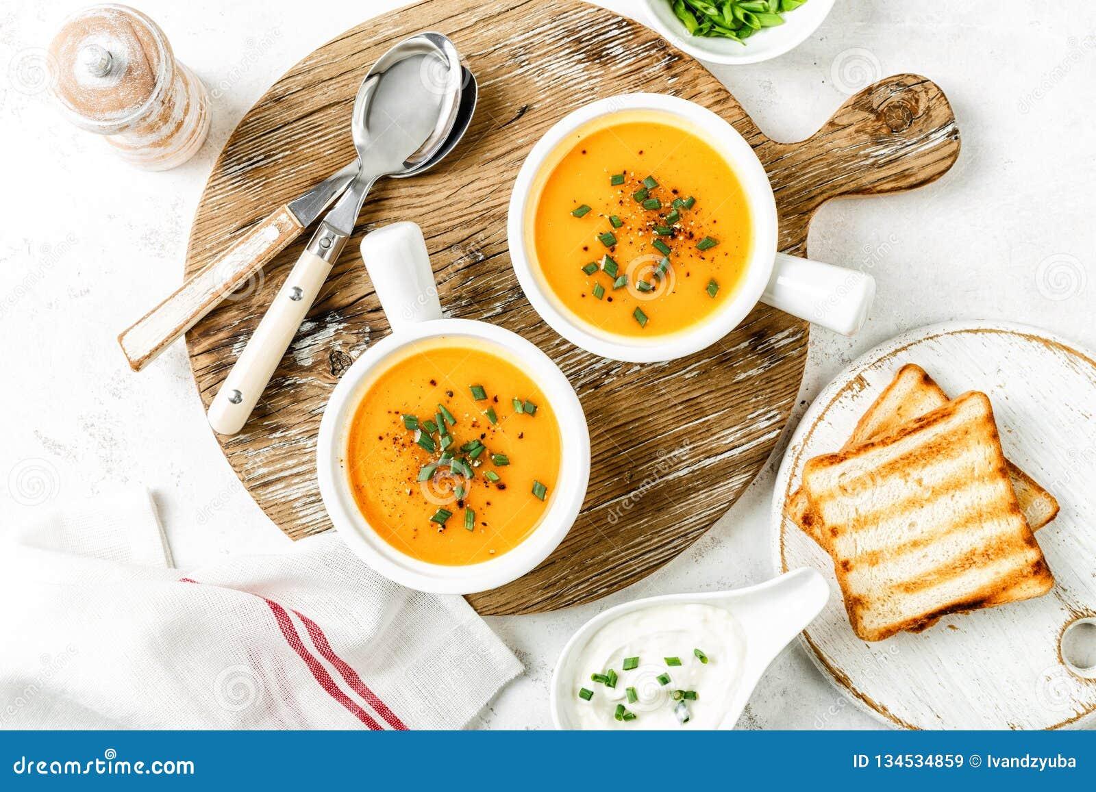 Potage aux légumes de potiron ou de carotte ou de patate douce