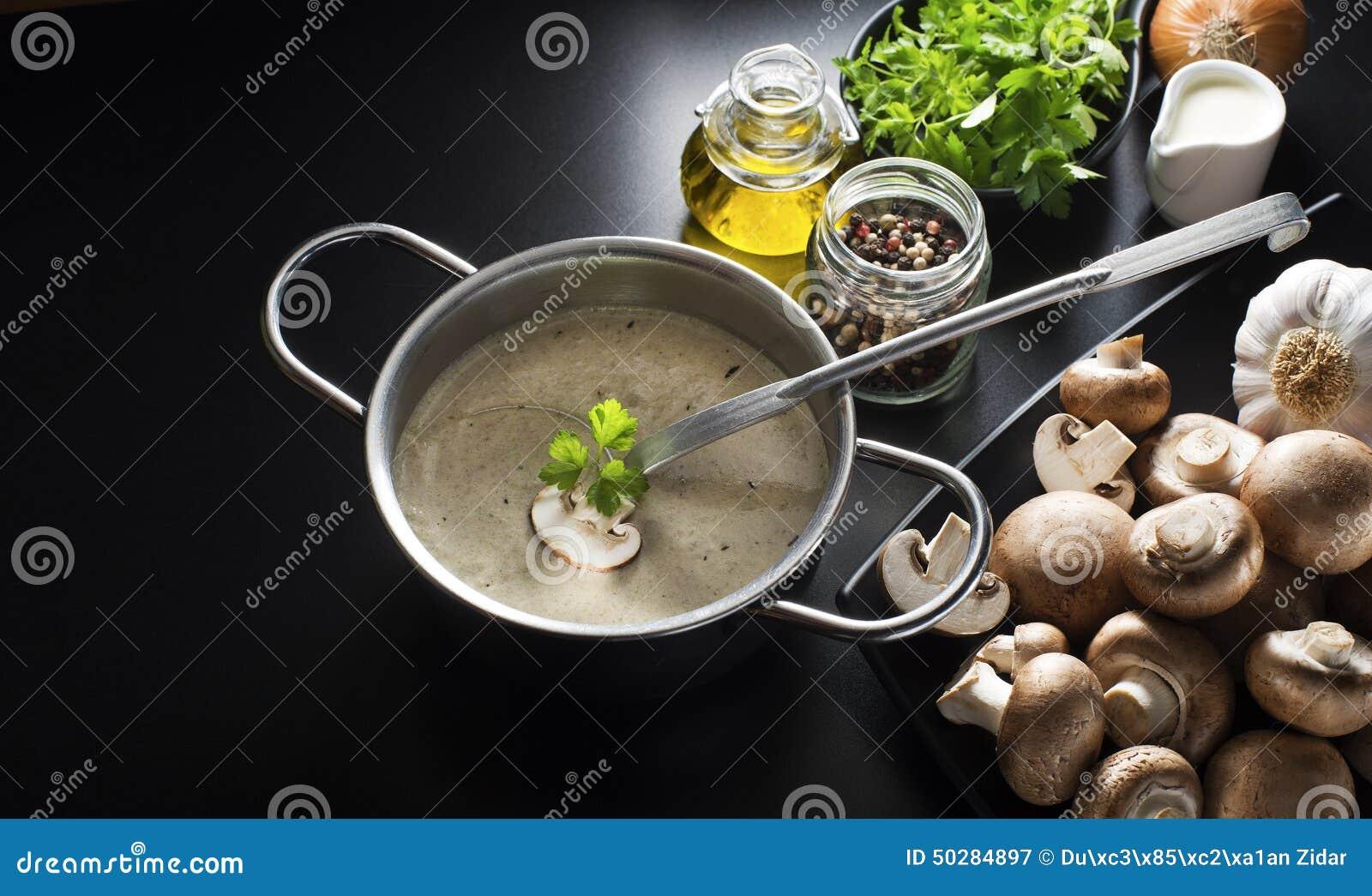 Potage crème avec des champignons de couche