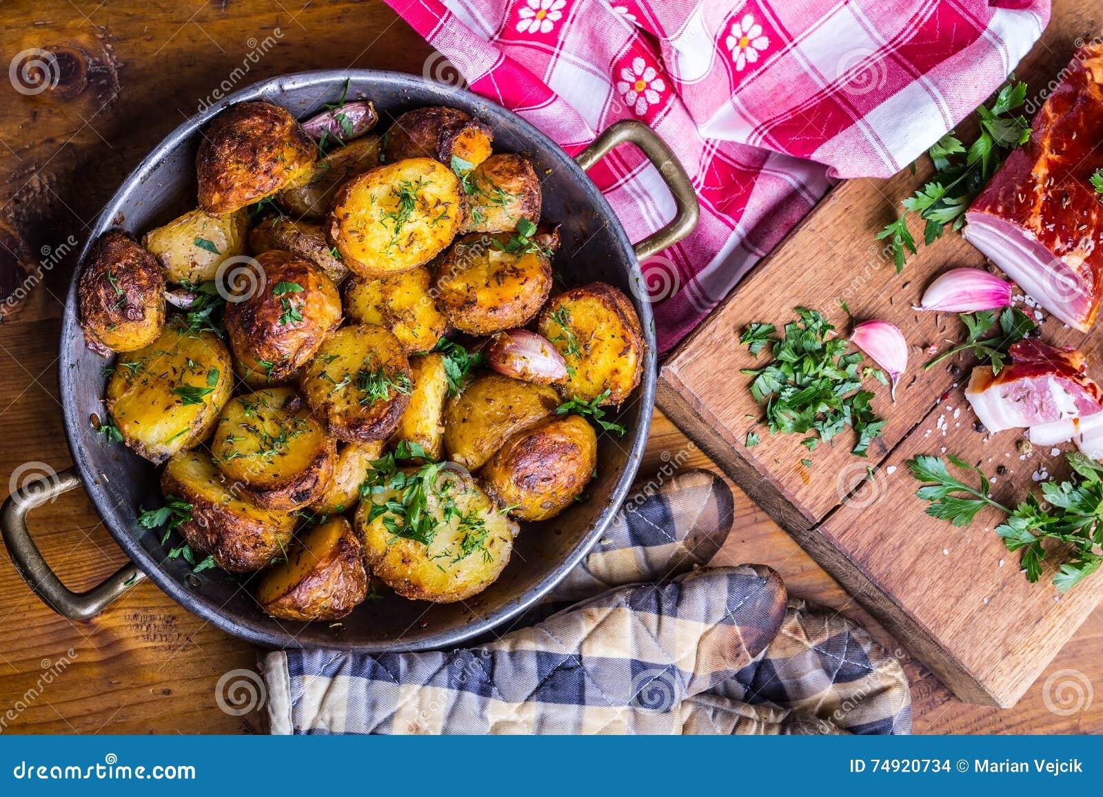 Potatis grillade potatisar Amerikanska potatisar med rökt persilja för dill för spiskummin för peppar för baconvitlök salt - örtg