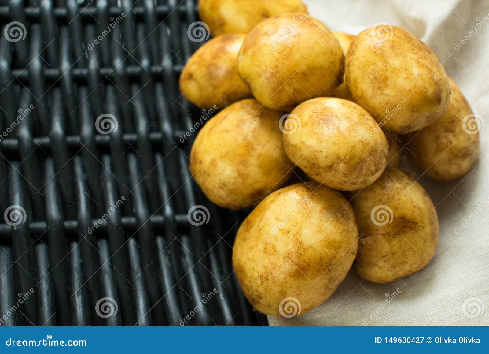 Potatisar mot en svart korg och servett
