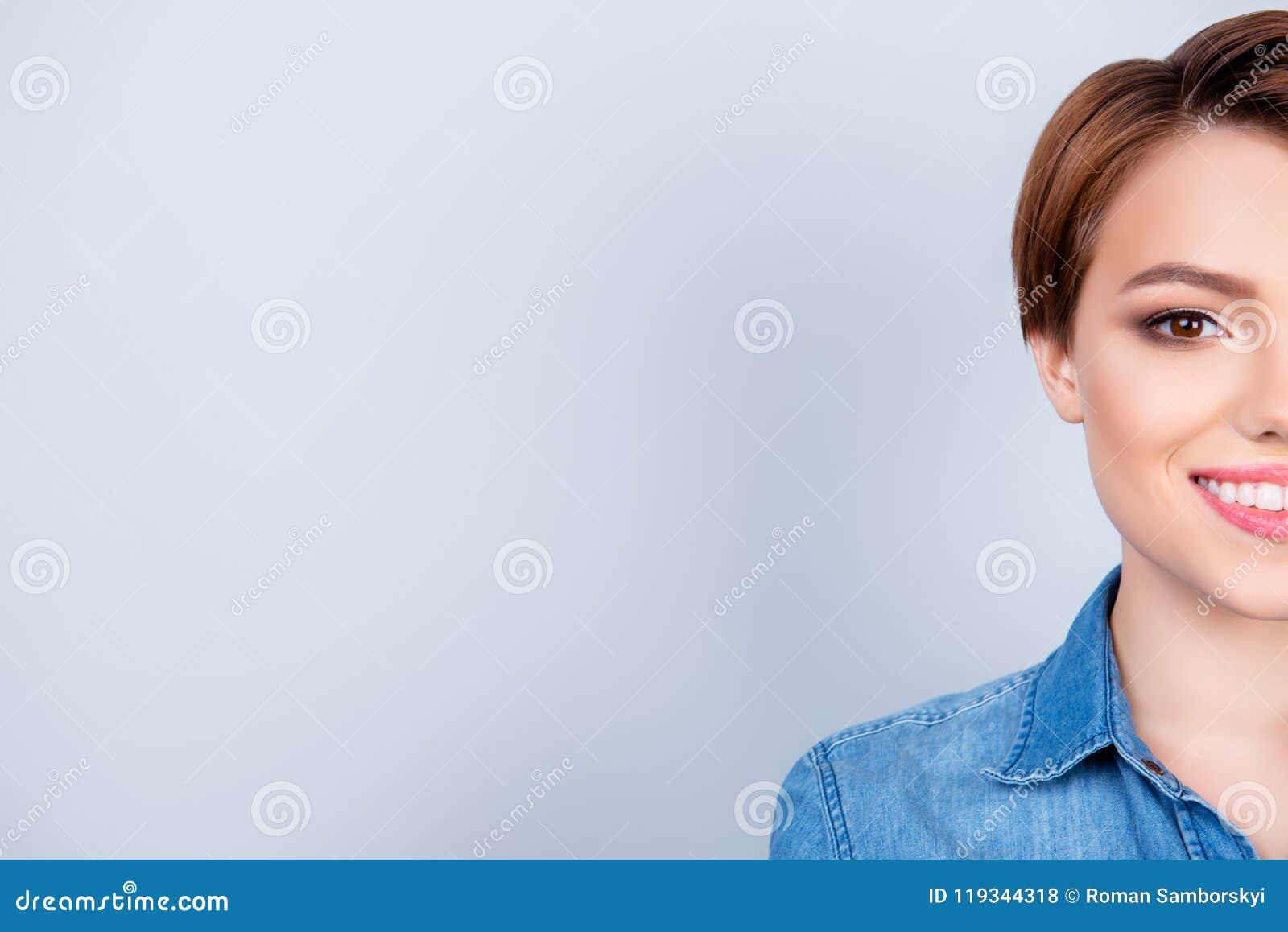 Potato vicino sul ritratto di giovane bella ragazza sul blu puro b