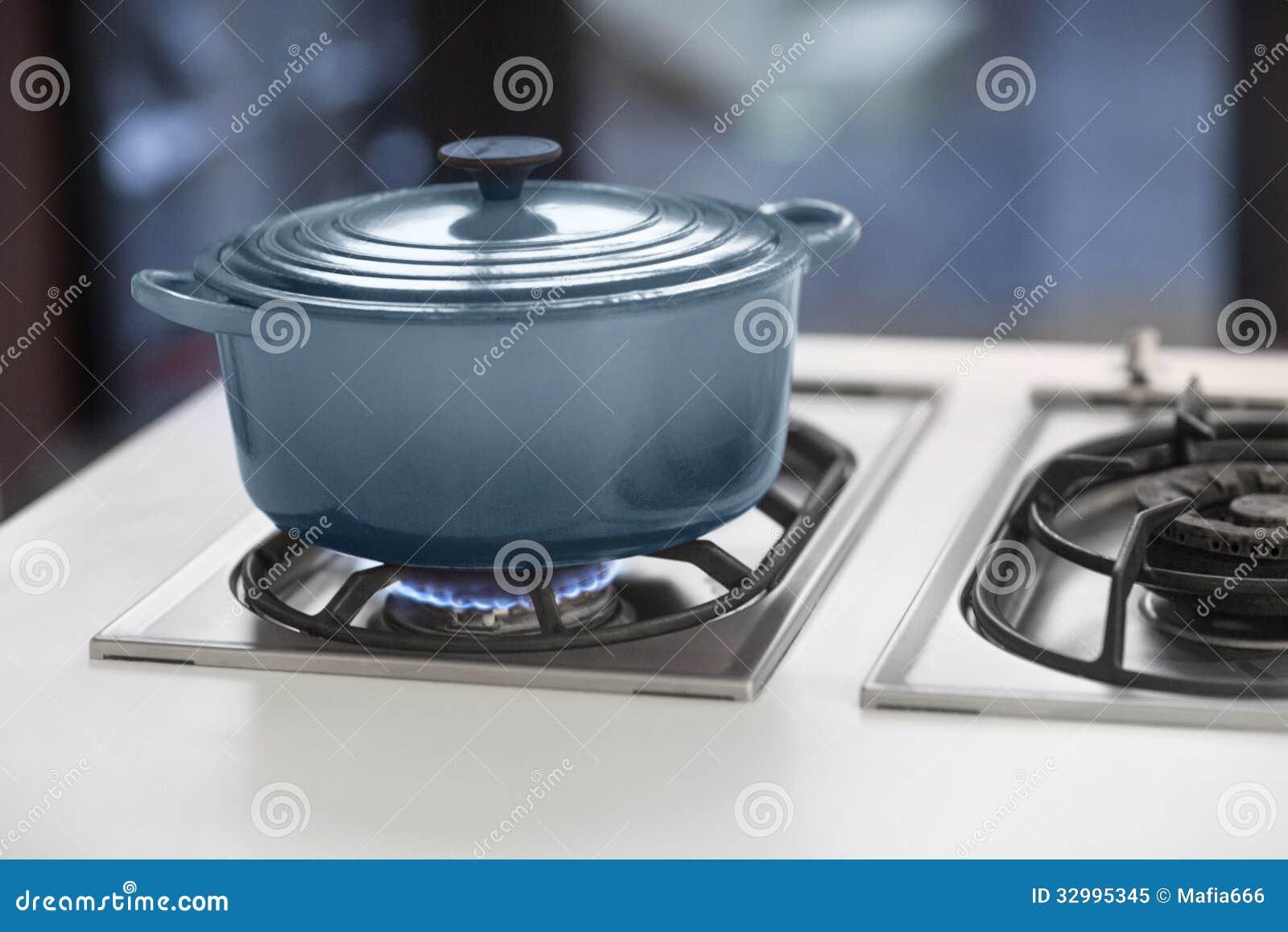 Pote azul en una estufa de gas foto de archivo libre de - Estufa calor azul ...