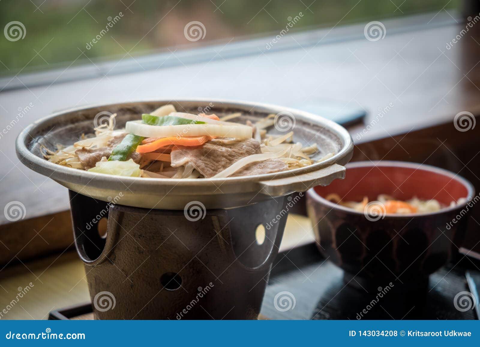 Pote caliente japonés con cerdo y muchos vegetales
