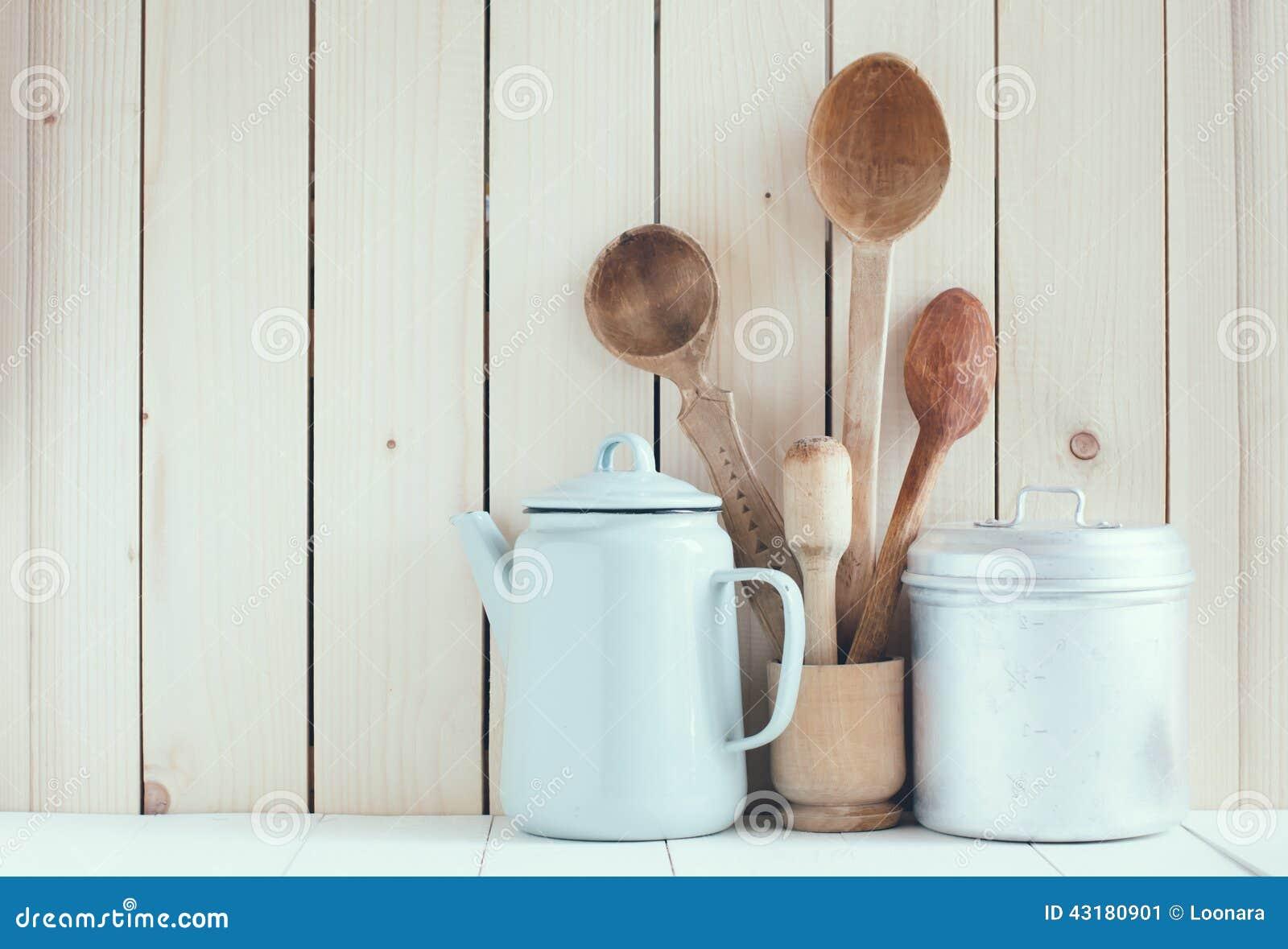 Pote del café, tazas del esmalte y cucharas rústicas