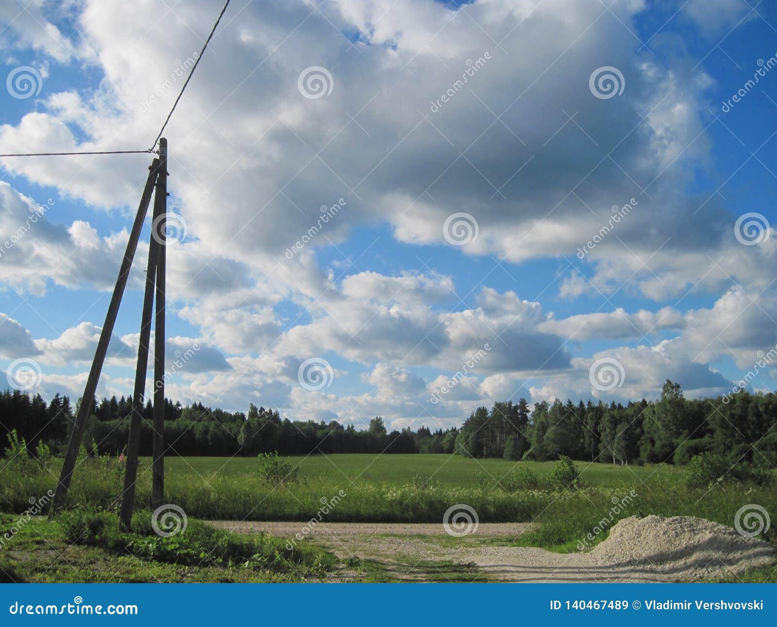 Poteau électrique debout isolé sur une route de campagne
