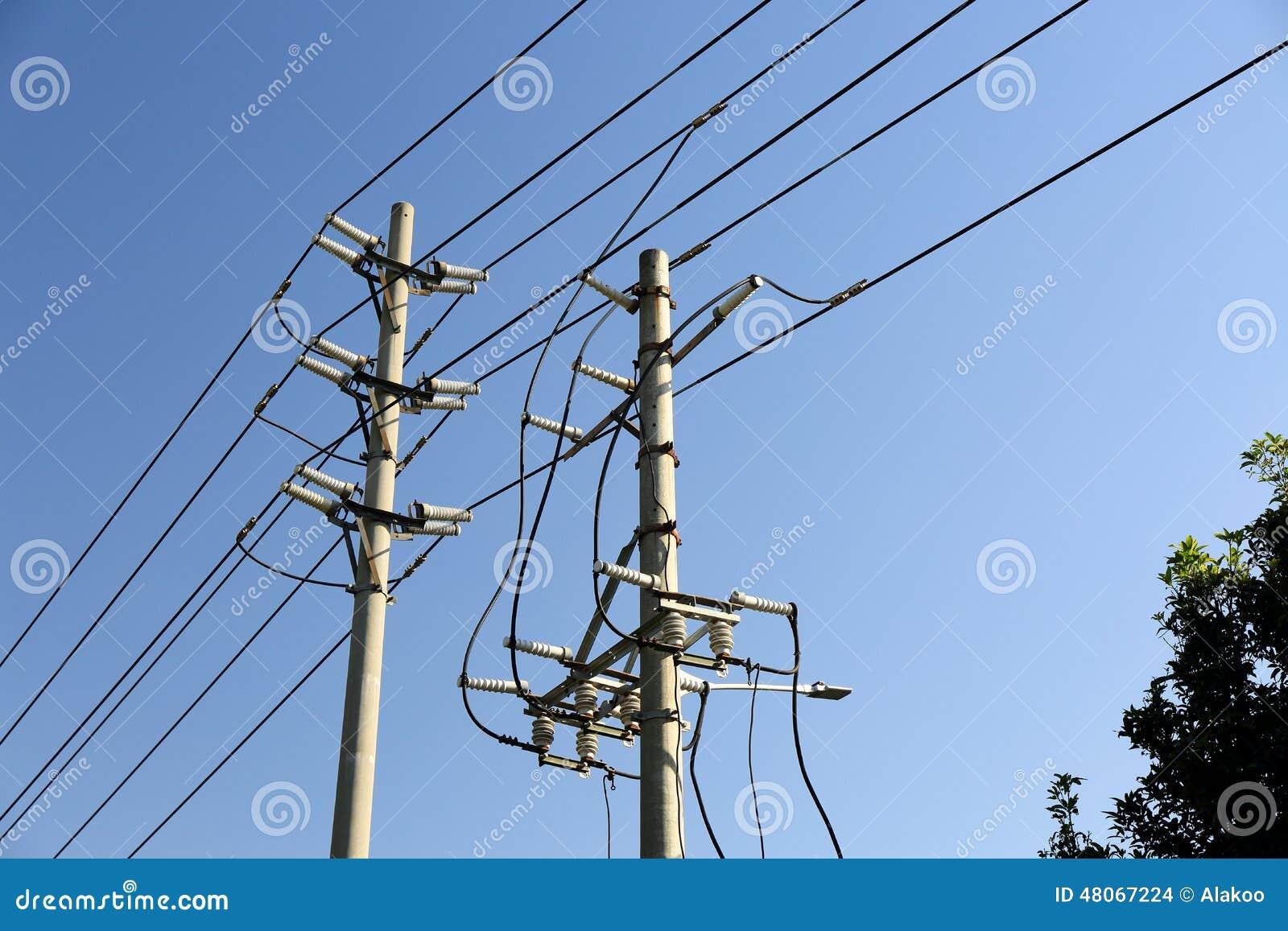 Poteau de courant électrique avec des lignes de transport d énergie de l électricité