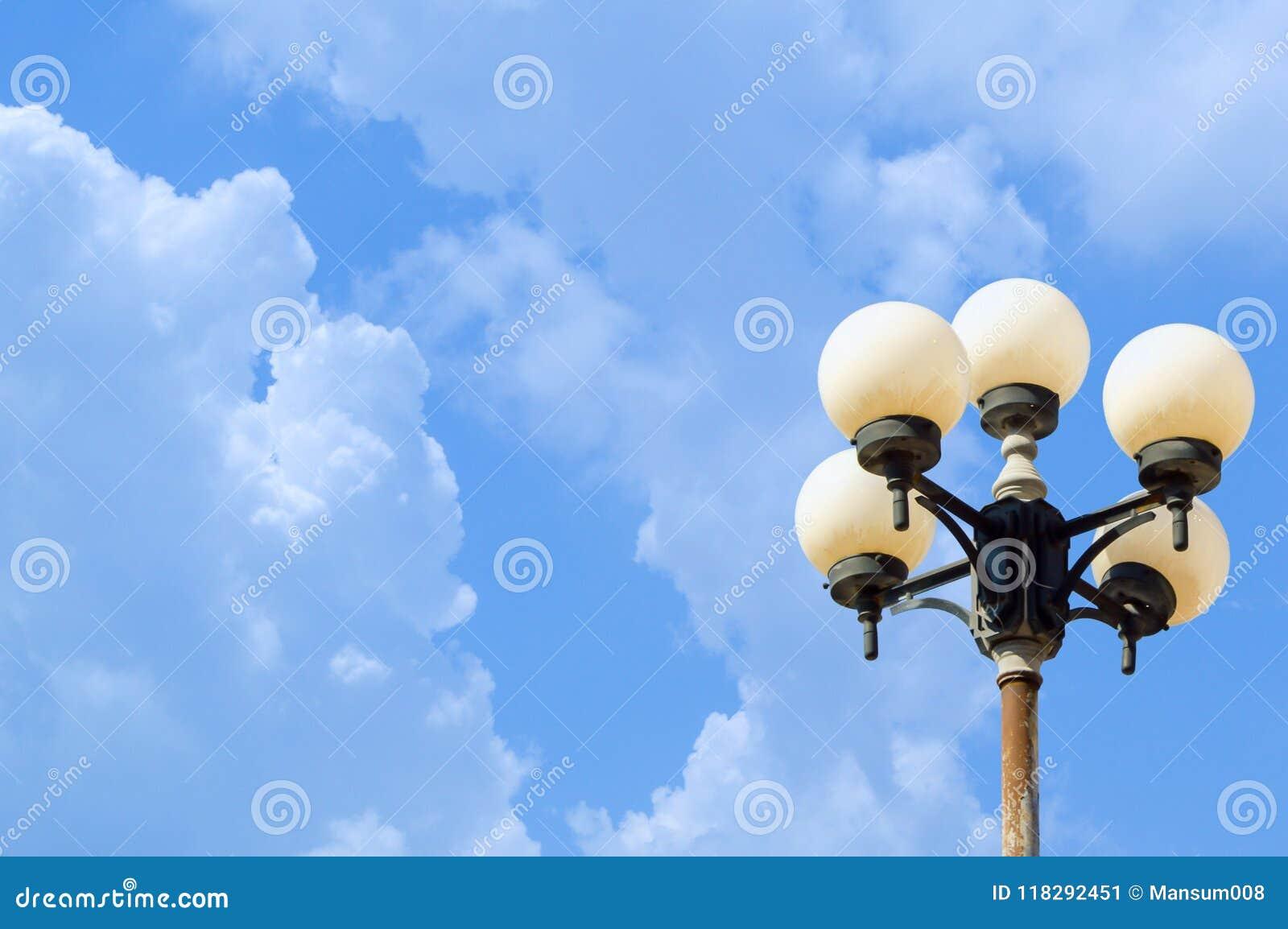 Poteau de lampe sur le ciel bleu