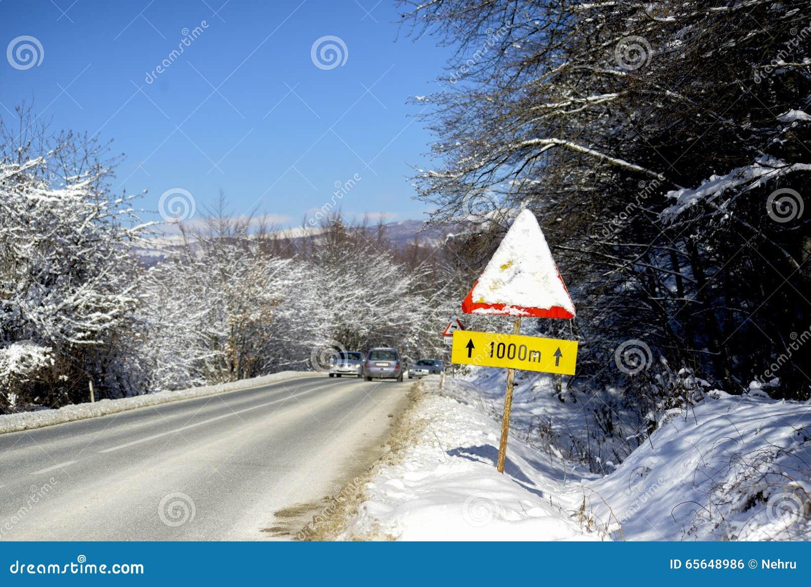 Poteau de signalisation couvert de neige congelée