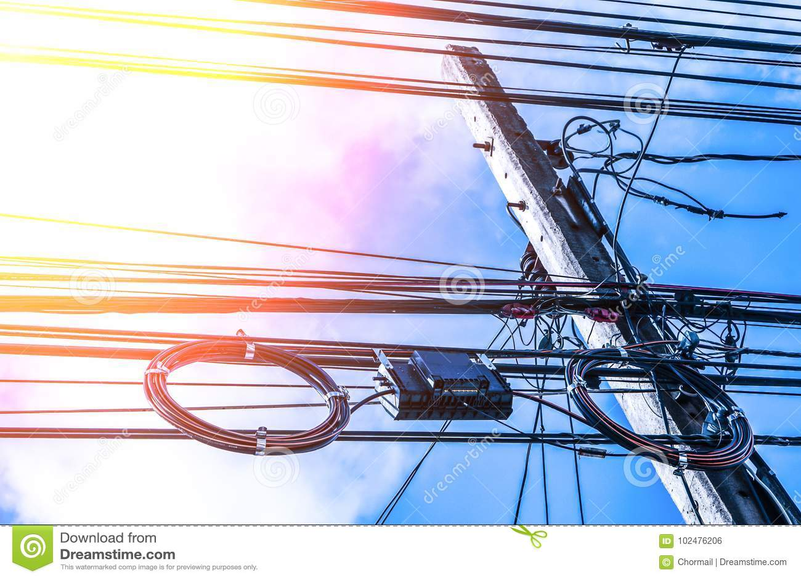 Poteau et ligne électrique à haute tension de l électricité de transformateur avec le fond bleu de ciel nuageux
