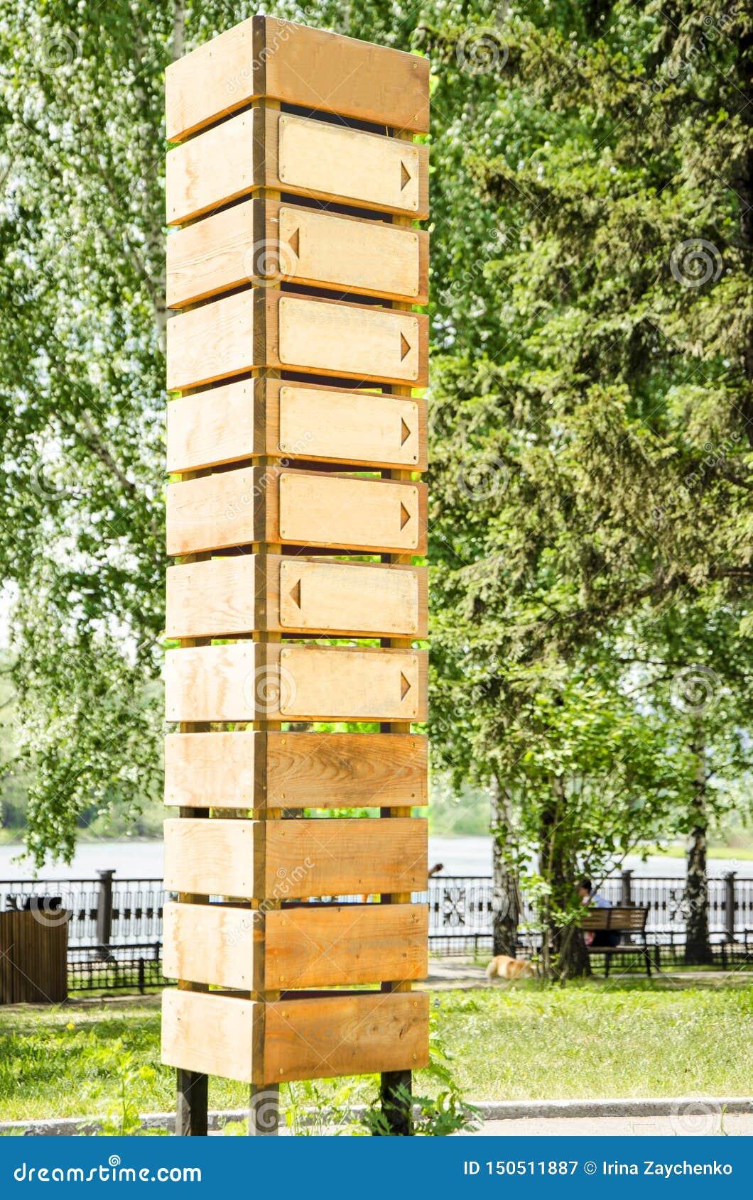 Poteau indicateur en bois vide avec sept flèches