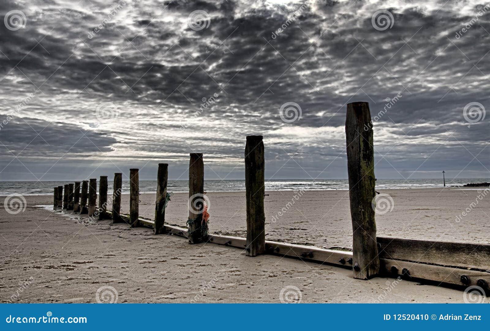 poteaux en bois au bord de la mer au pays de galles nordique photo stock image du c tier. Black Bedroom Furniture Sets. Home Design Ideas